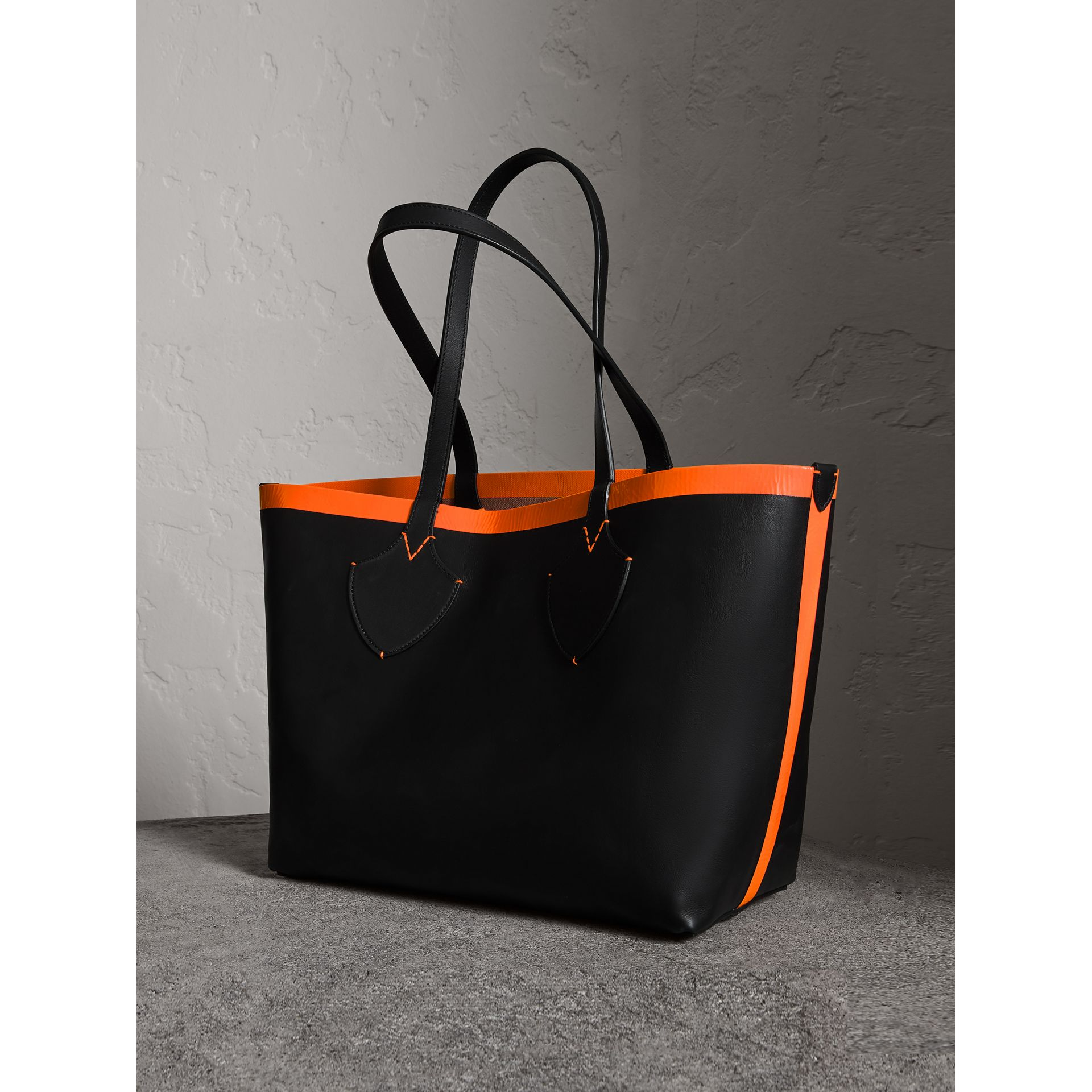 The Medium Giant Reversible Tote in Canvas and Leather in Black/neon Orange | Burberry - gallery image 4