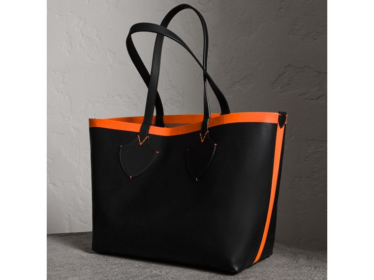 The Medium Giant Reversible Tote in Canvas and Leather in Black/neon Orange | Burberry - cell image 4