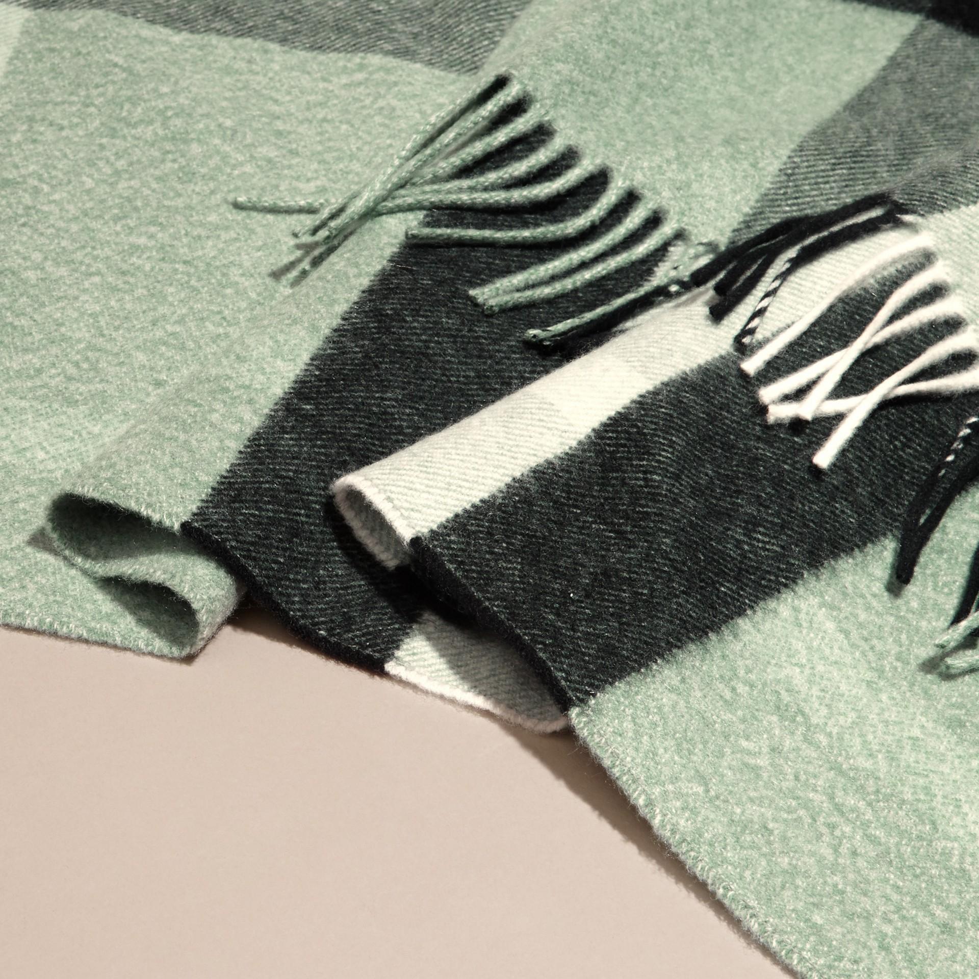 Menthe cendrée Poncho en cachemire et laine à motif check Menthe Cendrée - photo de la galerie 6
