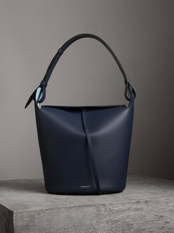 Grand sac Burberry Bucket en cuir (Indigo Moyen)