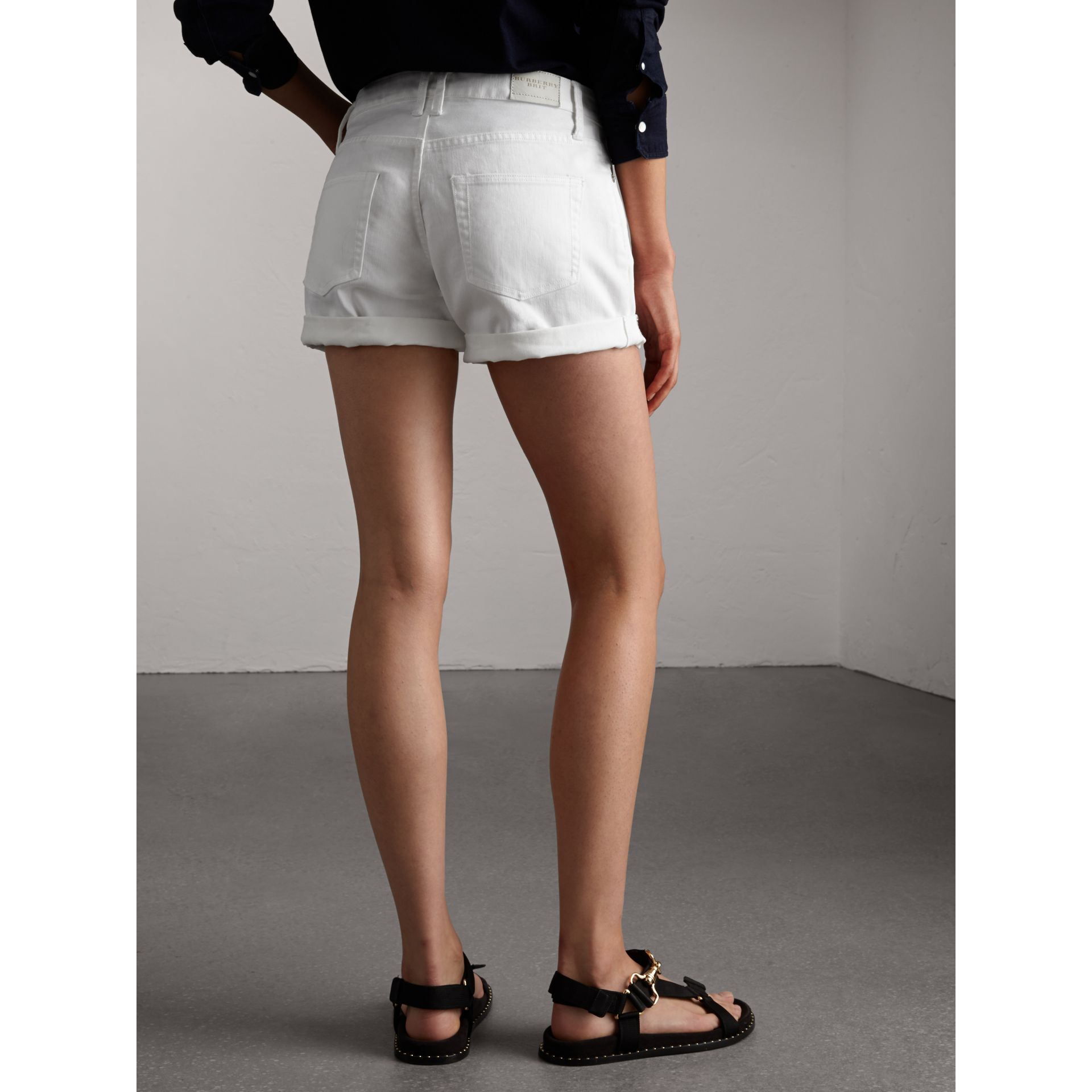 Short taille basse en denim japonais - Femme | Burberry - photo de la galerie 3