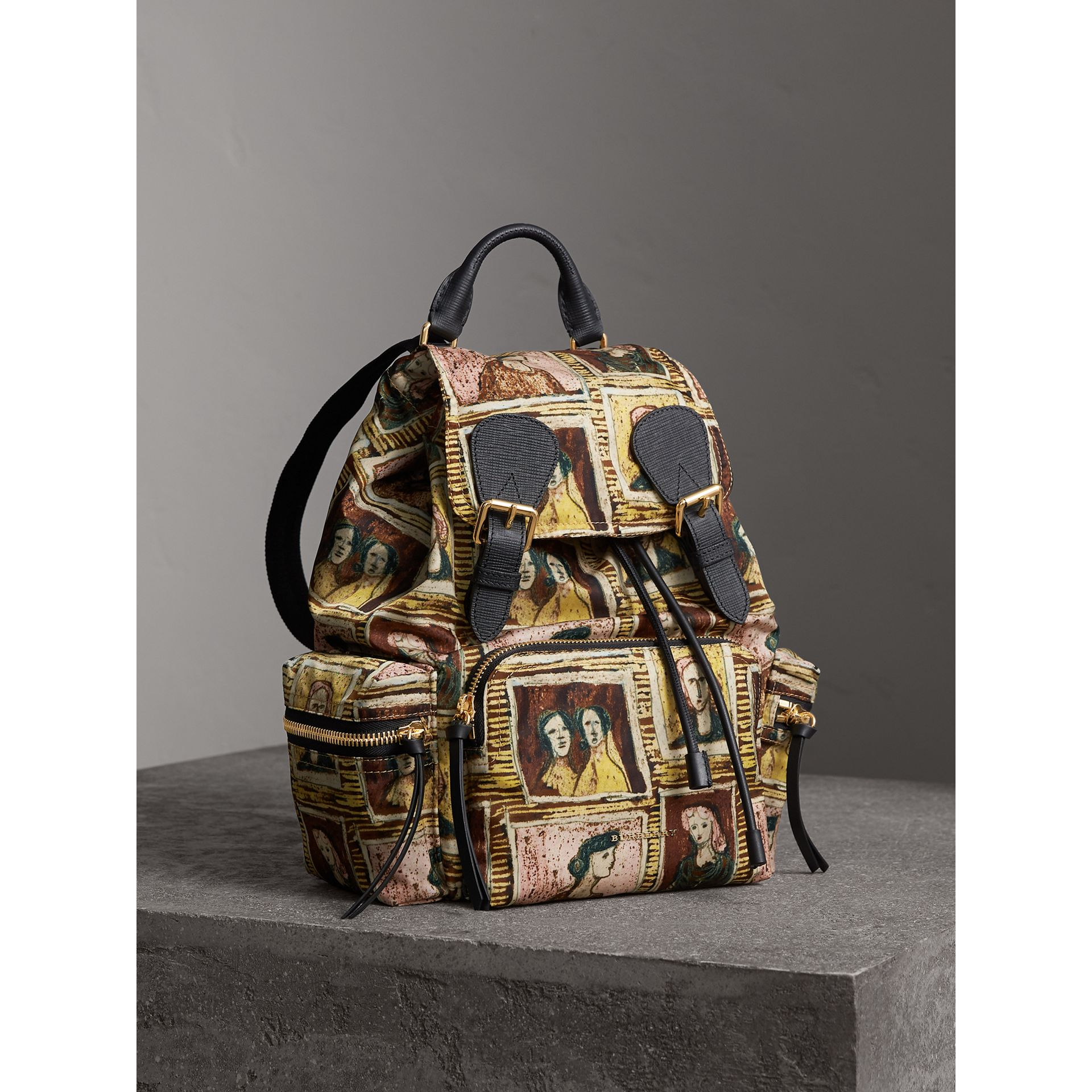 Sac The Rucksack moyen à imprimé Framed Heads (Marron Terre D'ombre) - Femme | Burberry - photo de la galerie 1