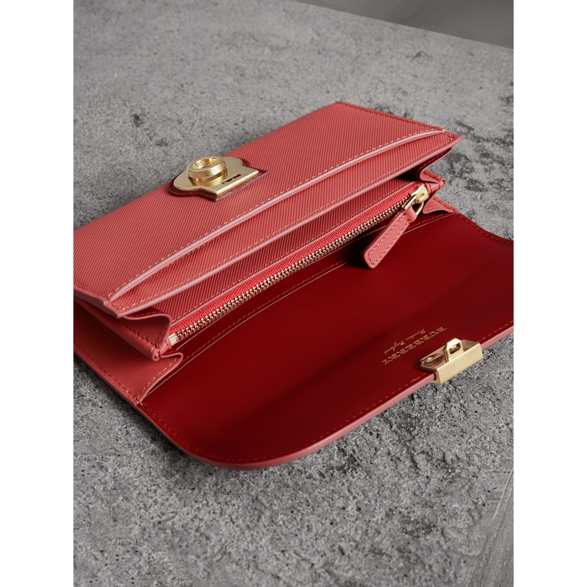 Portefeuille continental en cuir trench bicolore (Rose Blossom/rouge Antique) - Femme | Burberry - photo de la galerie 3