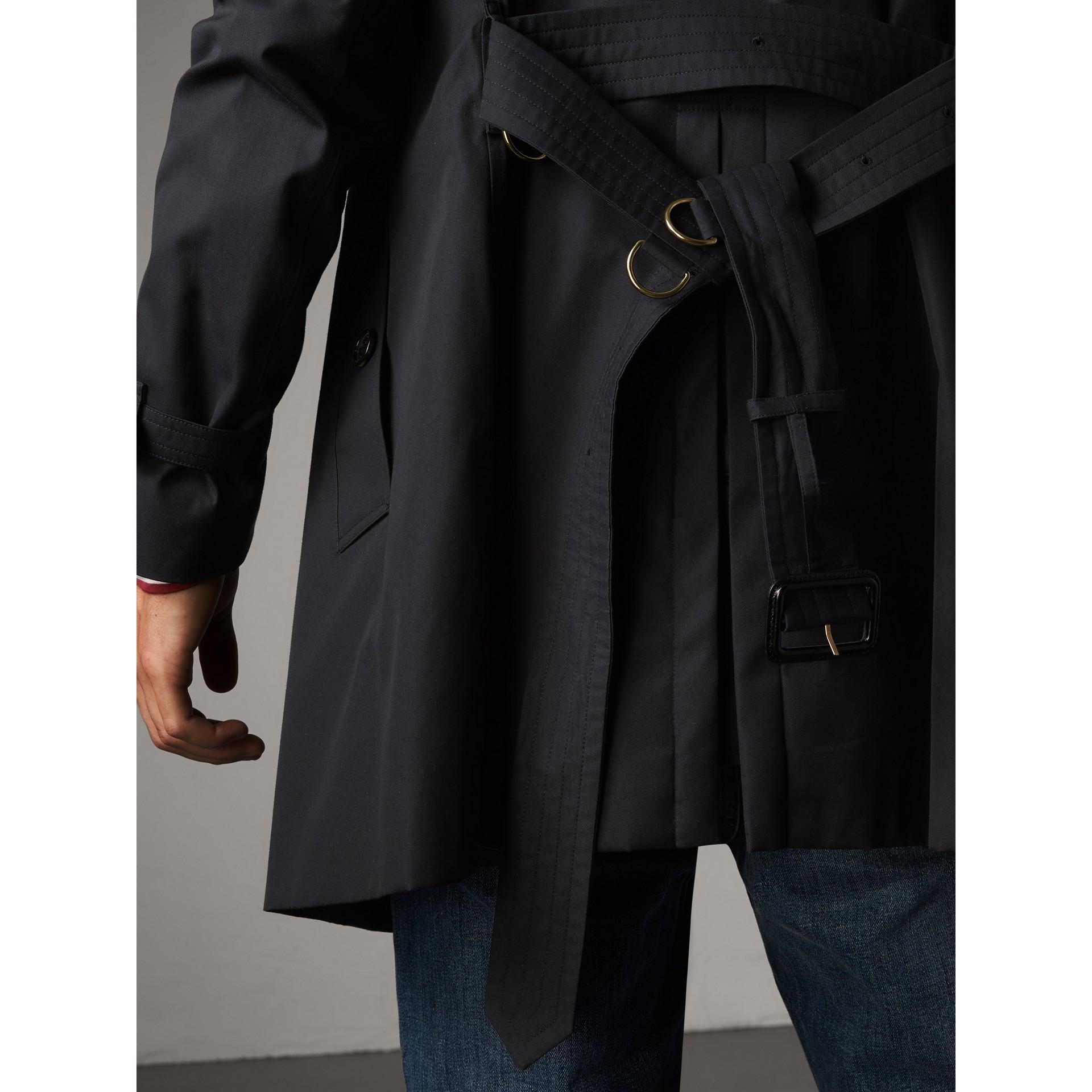 Trench coat Kensington – Trench coat Heritage de longitud media (Azul Marino) - Hombre | Burberry - imagen de la galería 7