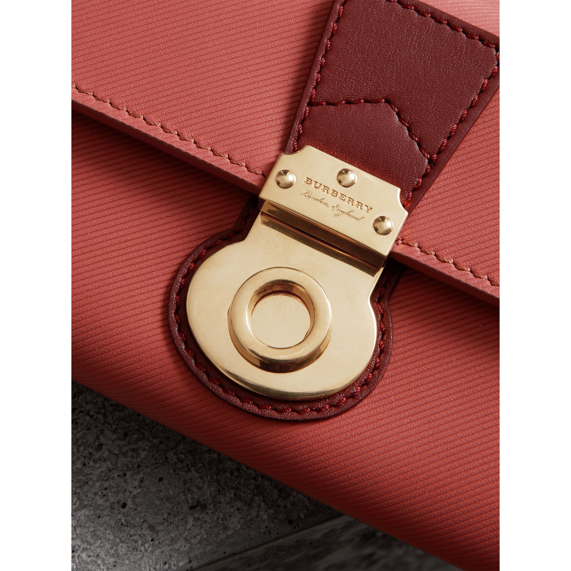 Portefeuille continental en cuir trench bicolore (Rose Blossom/rouge Antique) - Femme | Burberry Canada - photo de la galerie 1