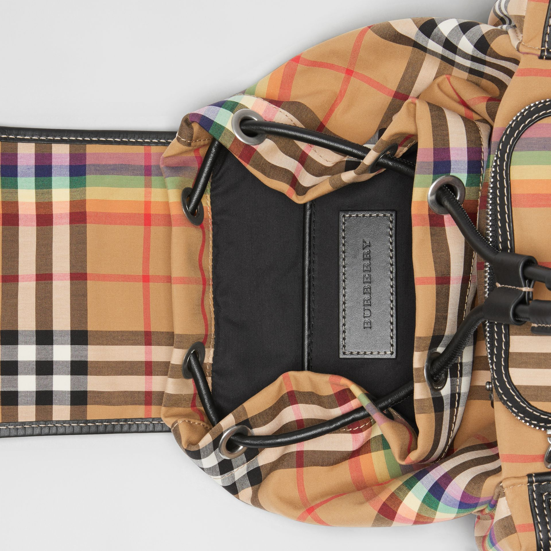 Petit sac The Rucksack à bandoulière avec motif Rainbow Vintage check (Jaune Antique) - Femme | Burberry Canada - photo de la galerie 3