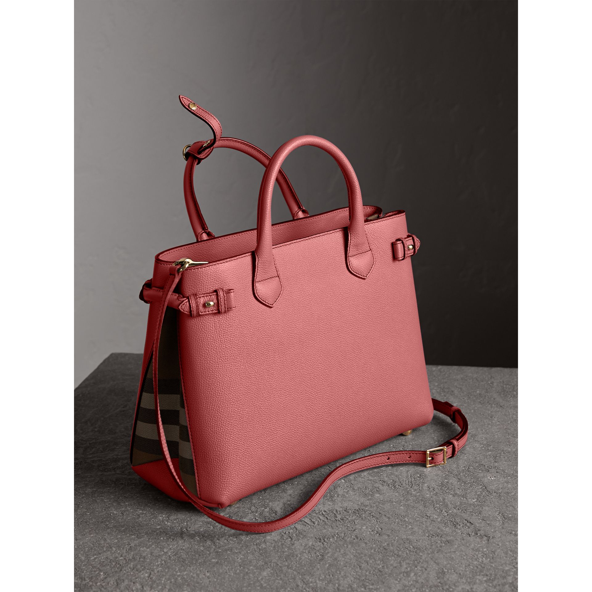 Sac The Banner medium en cuir et coton House check (Rose Mauve) - Femme | Burberry Canada - photo de la galerie 3