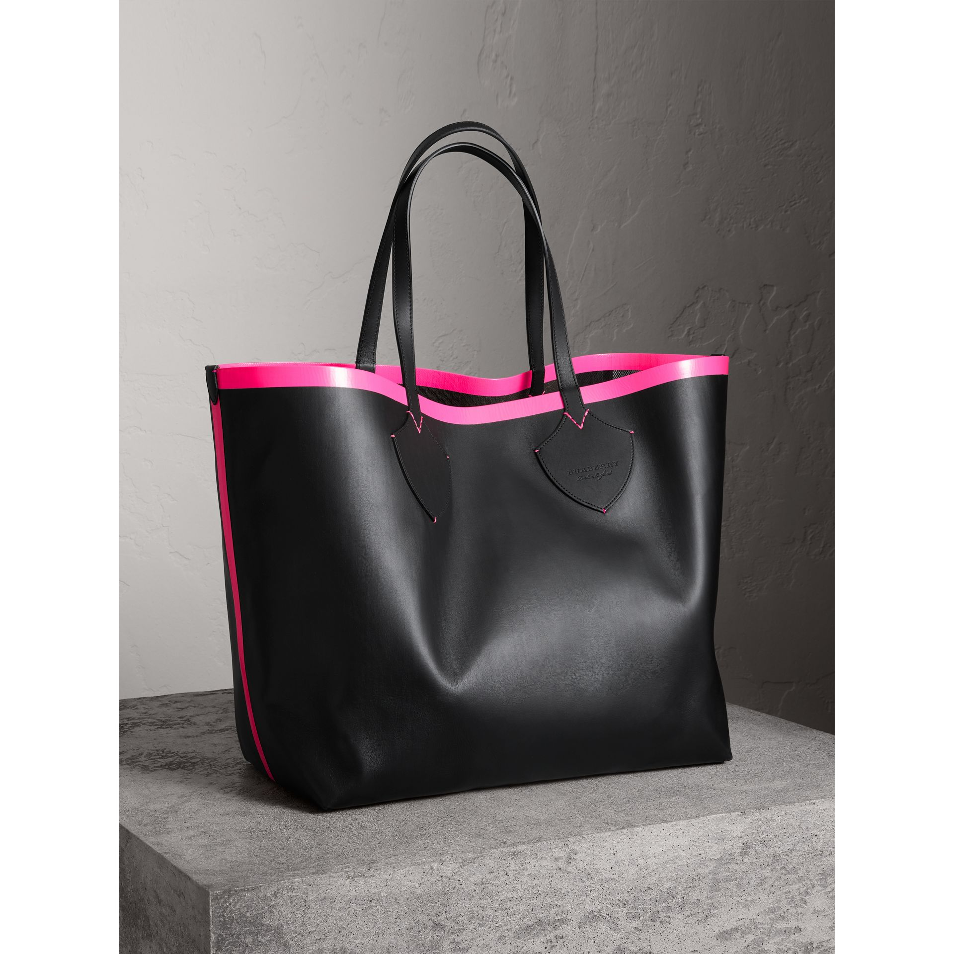 Borsa tote The Giant reversibile in cotone con motivo Canvas check e pelle (Nero/rosa Neon) | Burberry - immagine della galleria 6