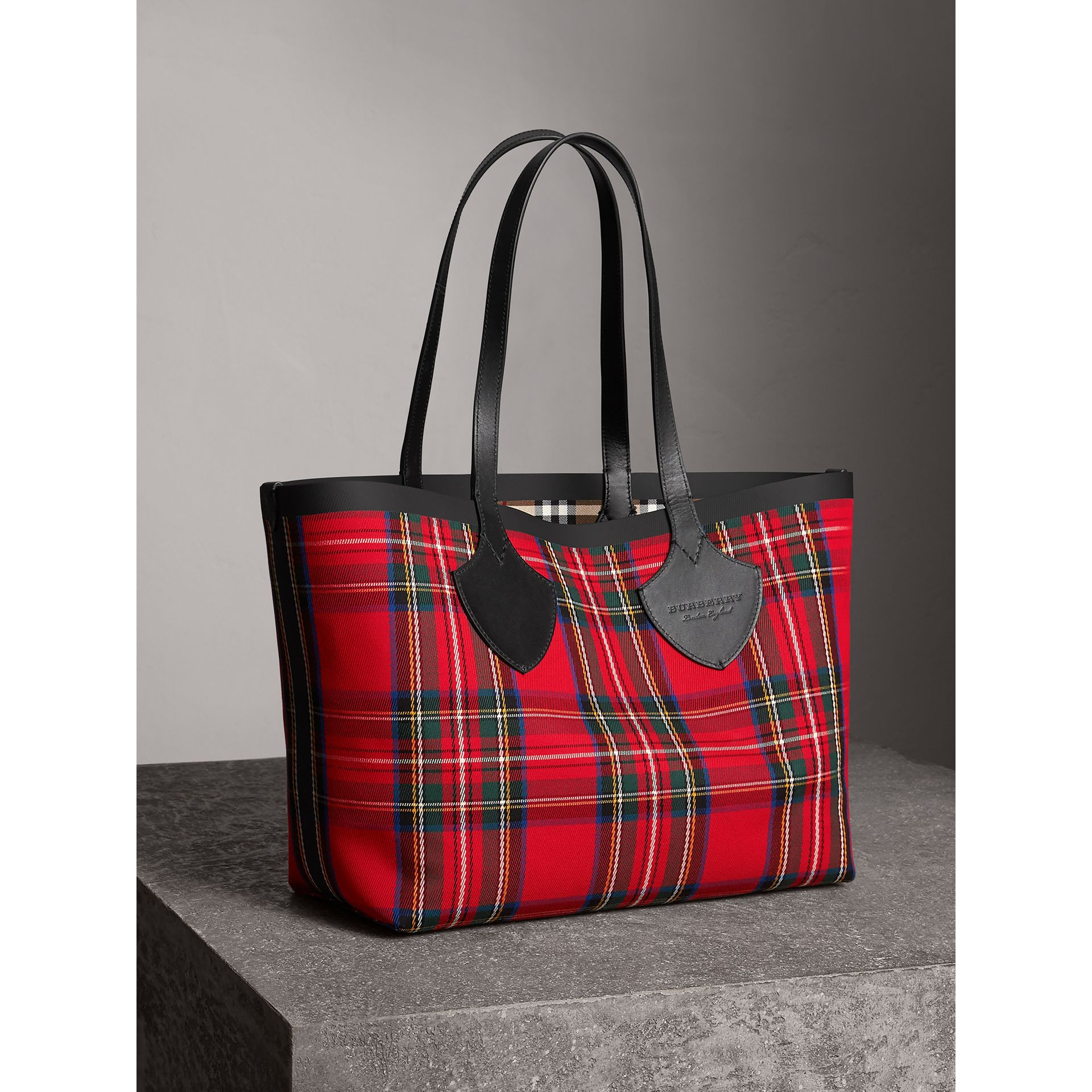 Sac tote The Giant moyen en Vintage check (Jaune Antique/rouge Vif) | Burberry - photo de la galerie 7