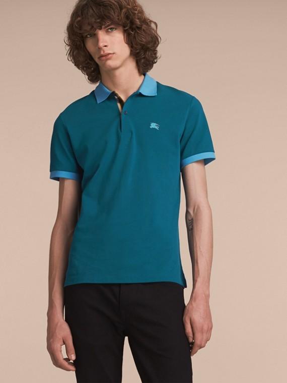 Poloshirt aus Baumwollpiqué in Zweitonoptik mit Knopfleiste im Karodesign Mineralblau