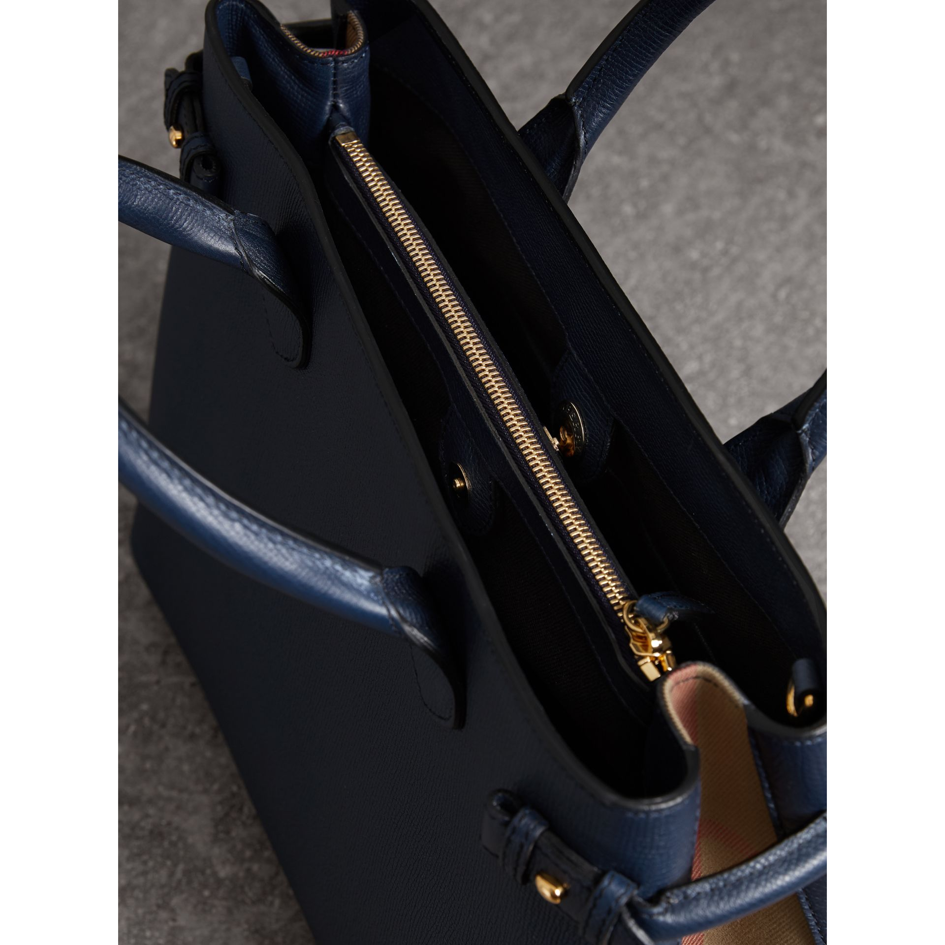Sac The Banner medium en cuir et coton House check (Bleu Encre) - Femme | Burberry Canada - photo de la galerie 5