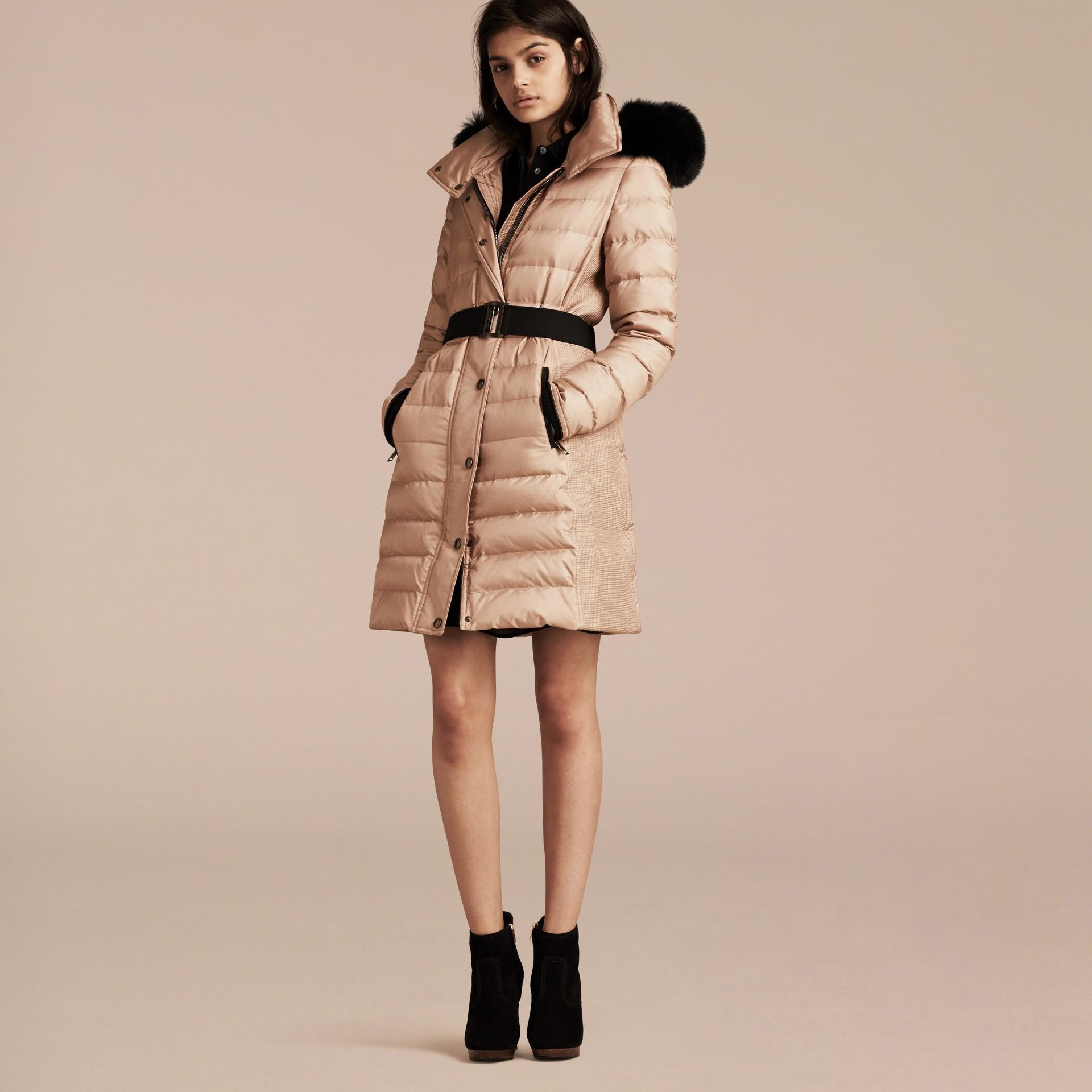 Carne Cappotto imbottito con cappuccio amovibile rifinito in pelliccia - immagine della galleria 7