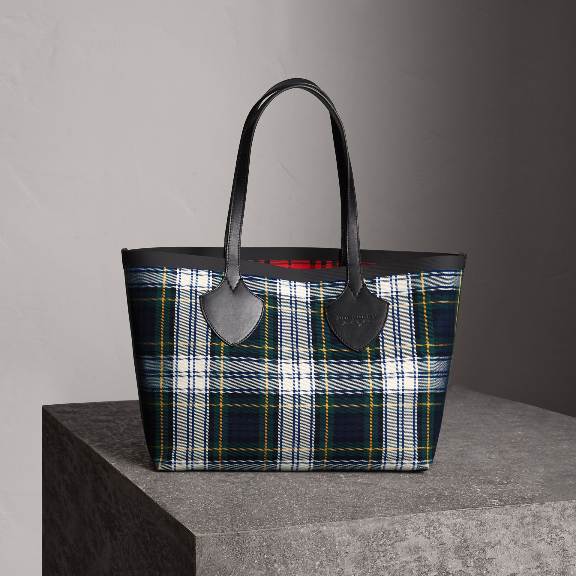 The Medium Giant Reversible Tote in Tartan Cotton in Ink Blue/military Red | Burberry Canada - gallery image 0