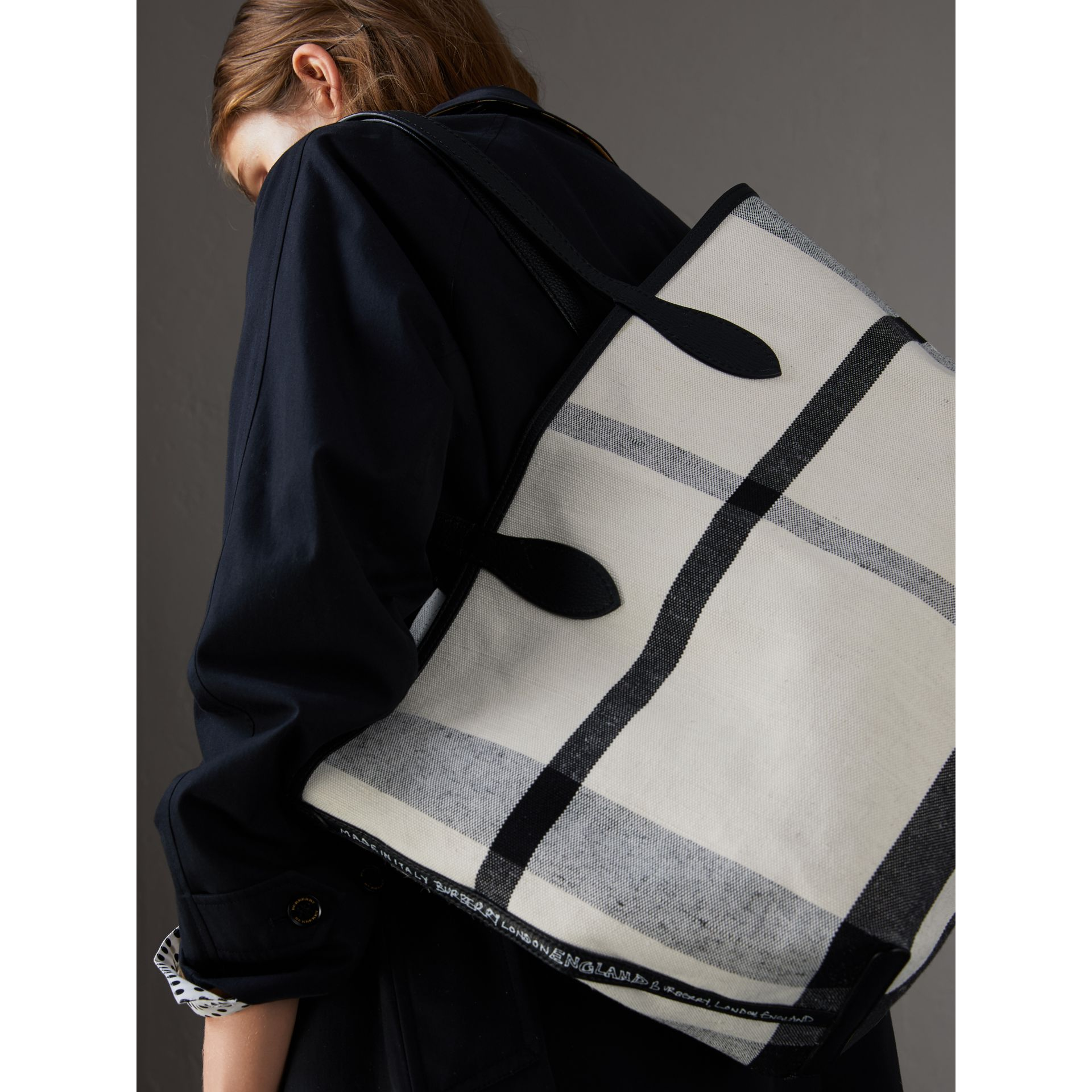 The Medium Doodle Tote in wendbarem Design (Weiss/schwarz) - Damen | Burberry - Galerie-Bild 2