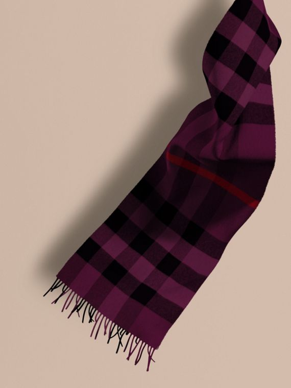 The Large Classic Cashmere Scarf in Check Aubergine