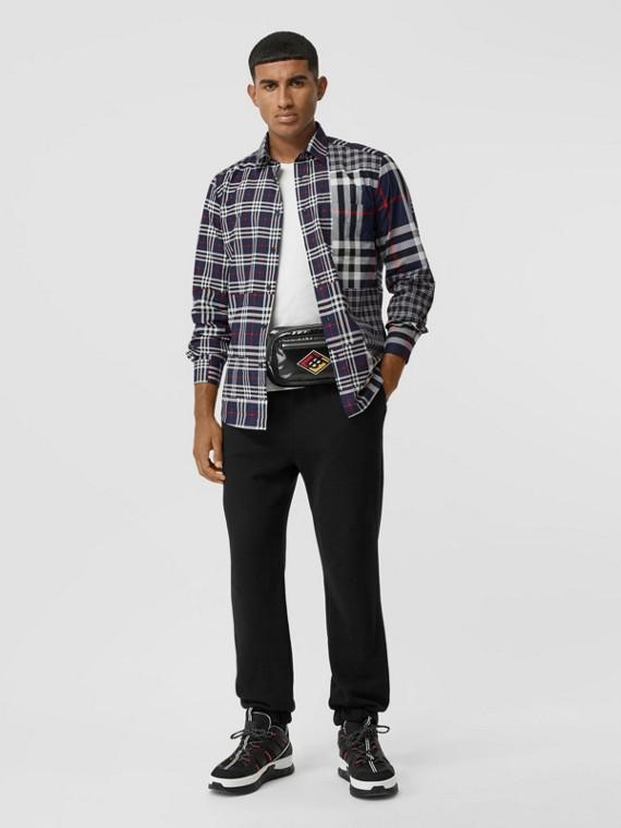 Camicia in cotone dal taglio classico con patchwork di motivi tartan (Navy)
