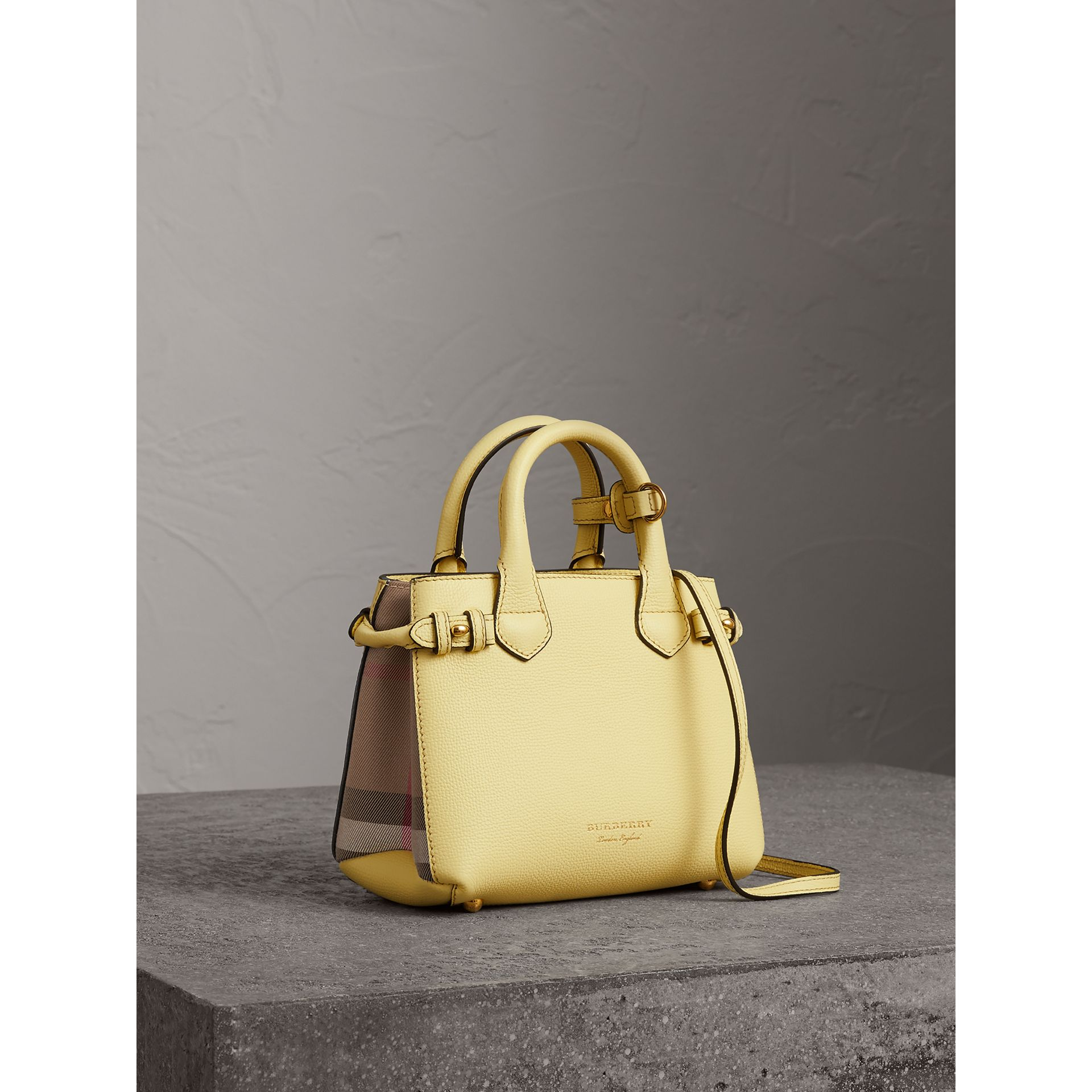 Borsa The Baby Banner in pelle con motivo House check (Giallo Camomilla) - Donna | Burberry - immagine della galleria 0