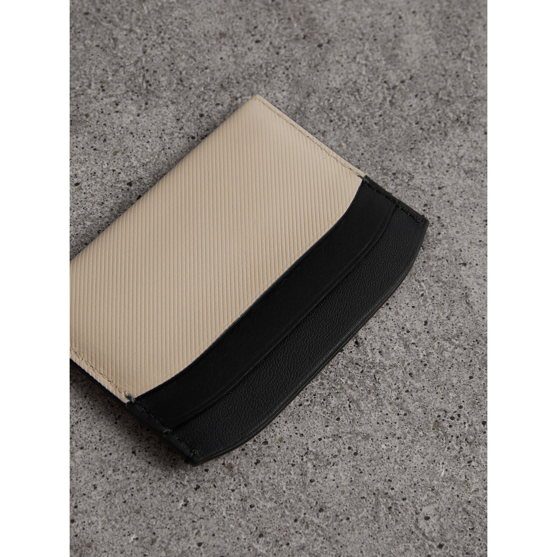 Porta-cartões de couro Trench em dois tons (Calcário/ Preto) | Burberry - galeria de imagens 2