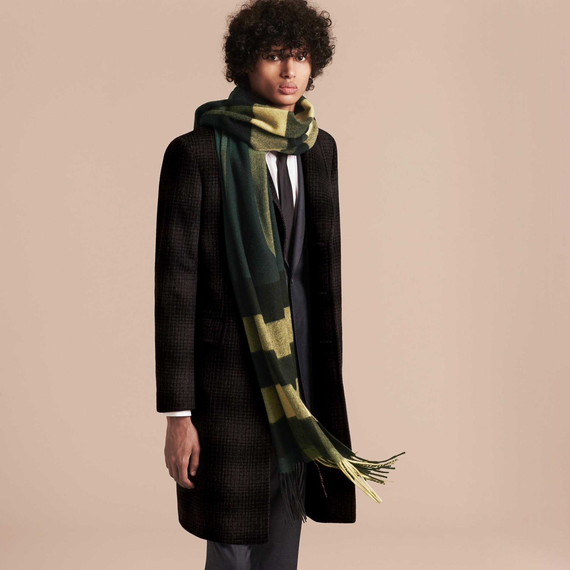 Verde oscuro/cámel Bufanda larga en cachemir de checks Verde Oscuro/cámel - imagen de la galería 3