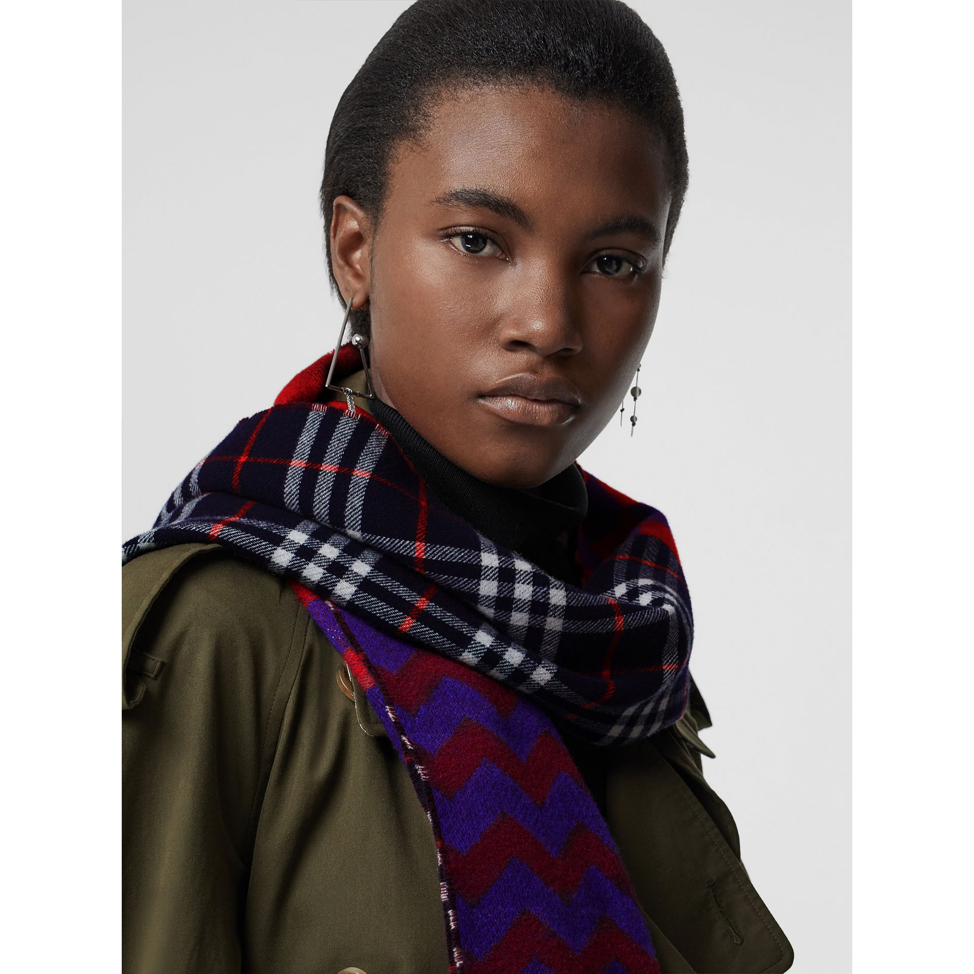 Reversible Graphic and Check Wool Cashmere Scarf in Navy | Burberry - gallery image 5