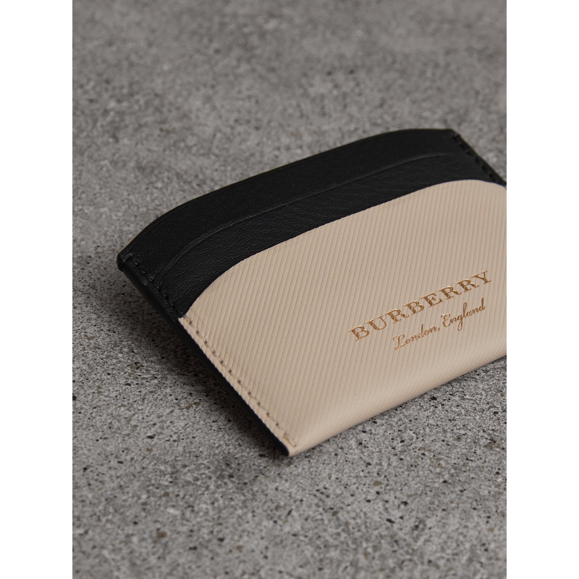 Porta-cartões de couro Trench em dois tons (Calcário/ Preto) | Burberry - galeria de imagens 1