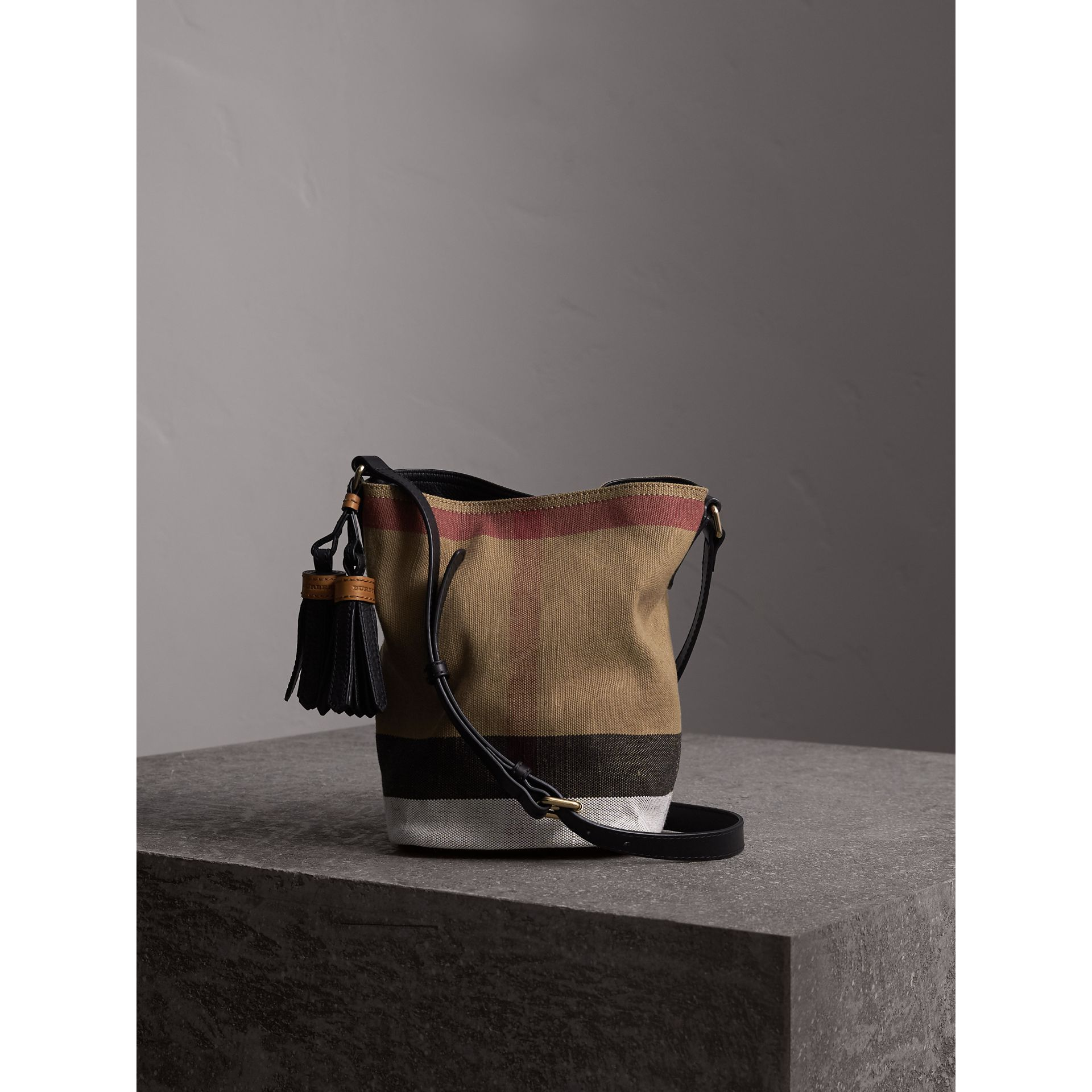 The Ashby piccola con pelle e motivo Canvas check (Nero) - Donna | Burberry - immagine della galleria 1