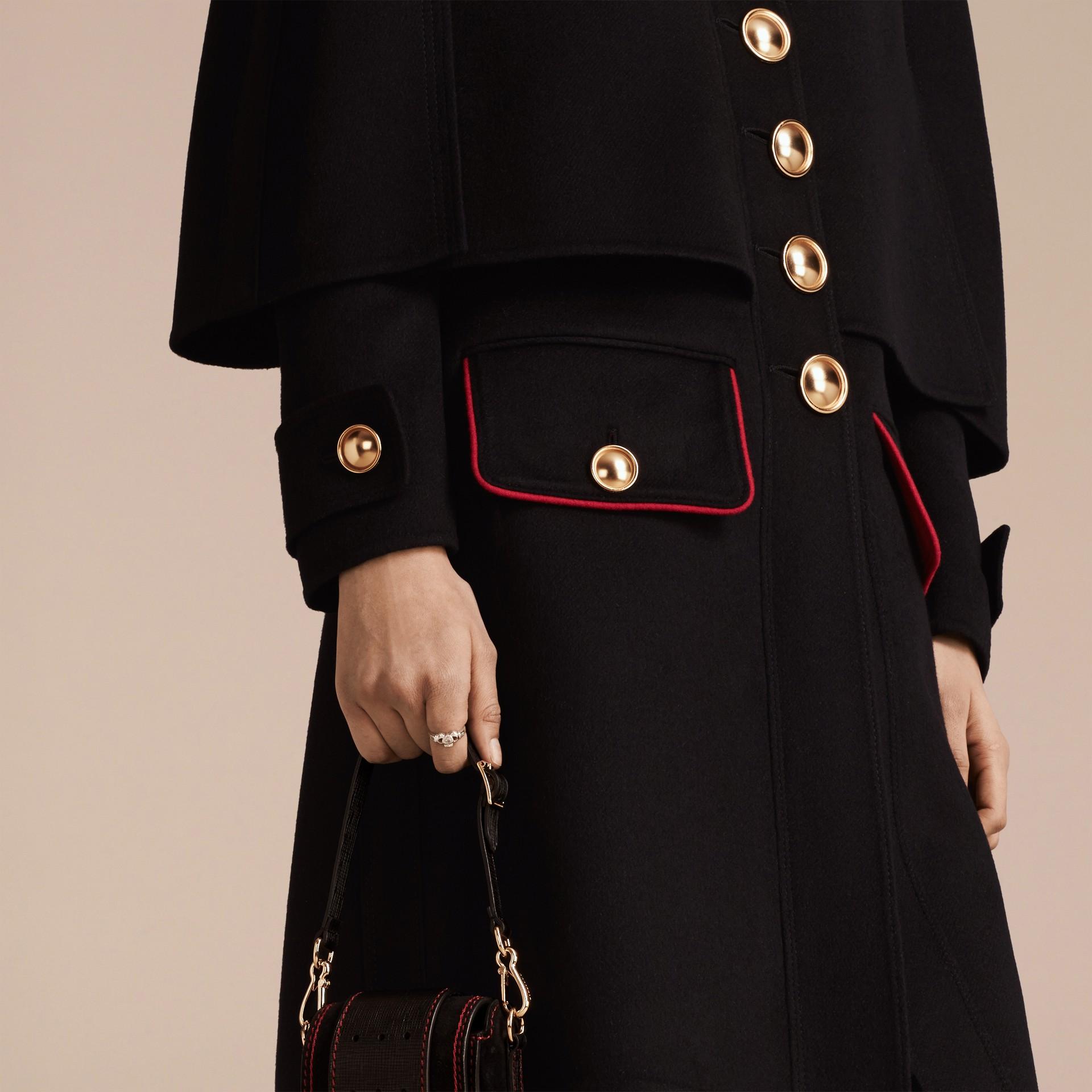 Nero Cappotto a mantella in lana e cashmere con dettagli militari - immagine della galleria 6