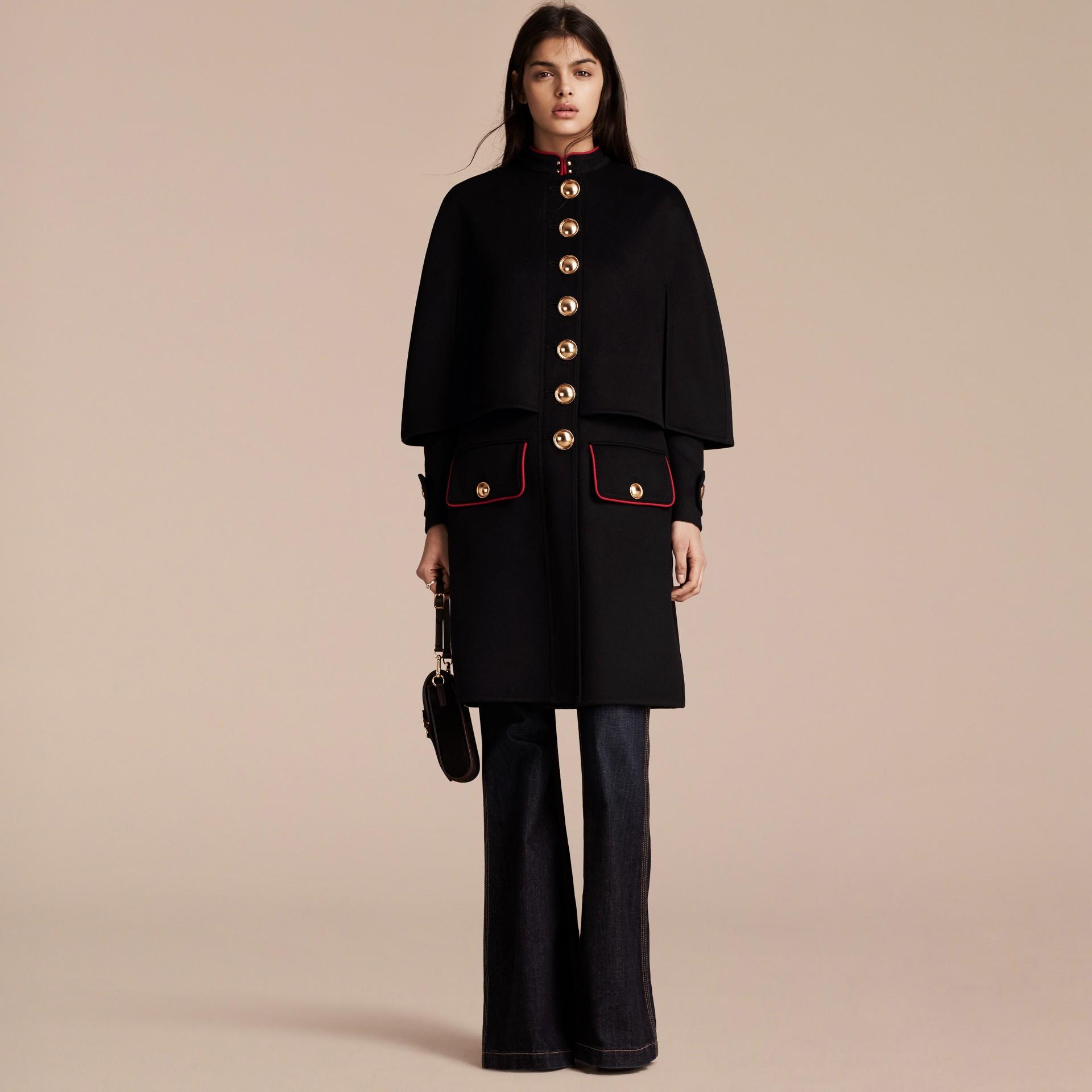 Nero Cappotto a mantella in lana e cashmere con dettagli militari - immagine della galleria 7