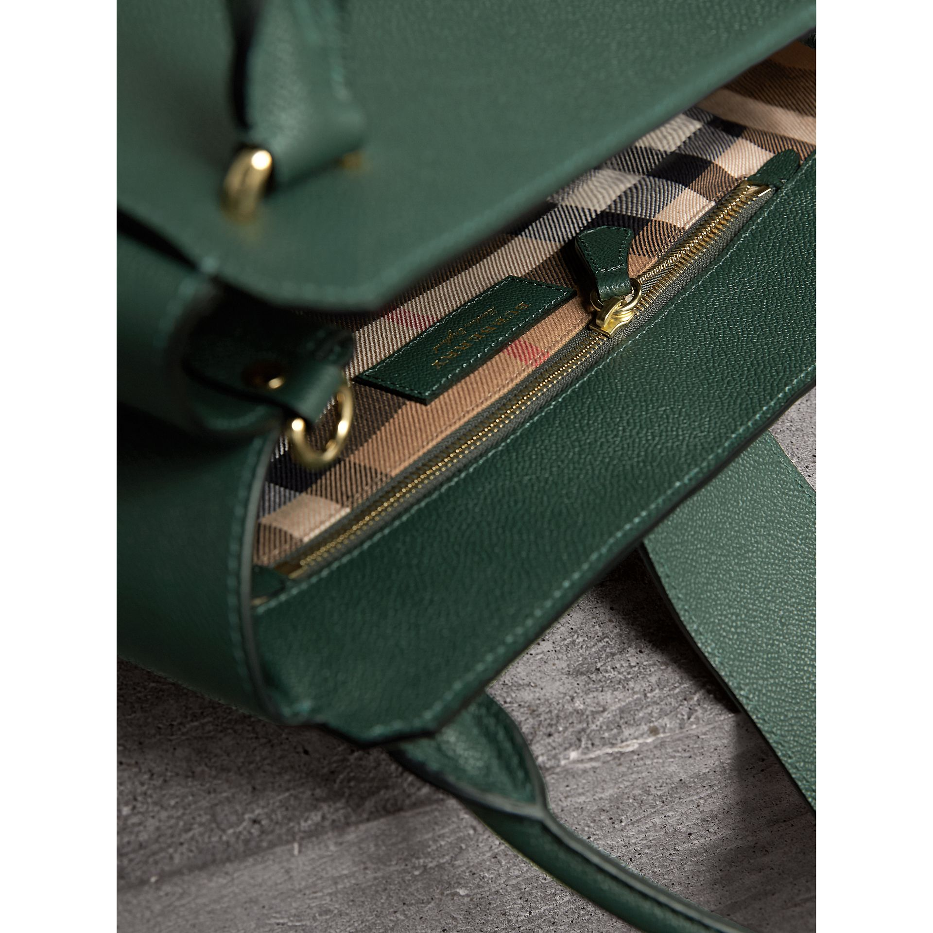 Sac tote The Buckle moyen en cuir grainé (Vert Marin) - Femme | Burberry - photo de la galerie 5