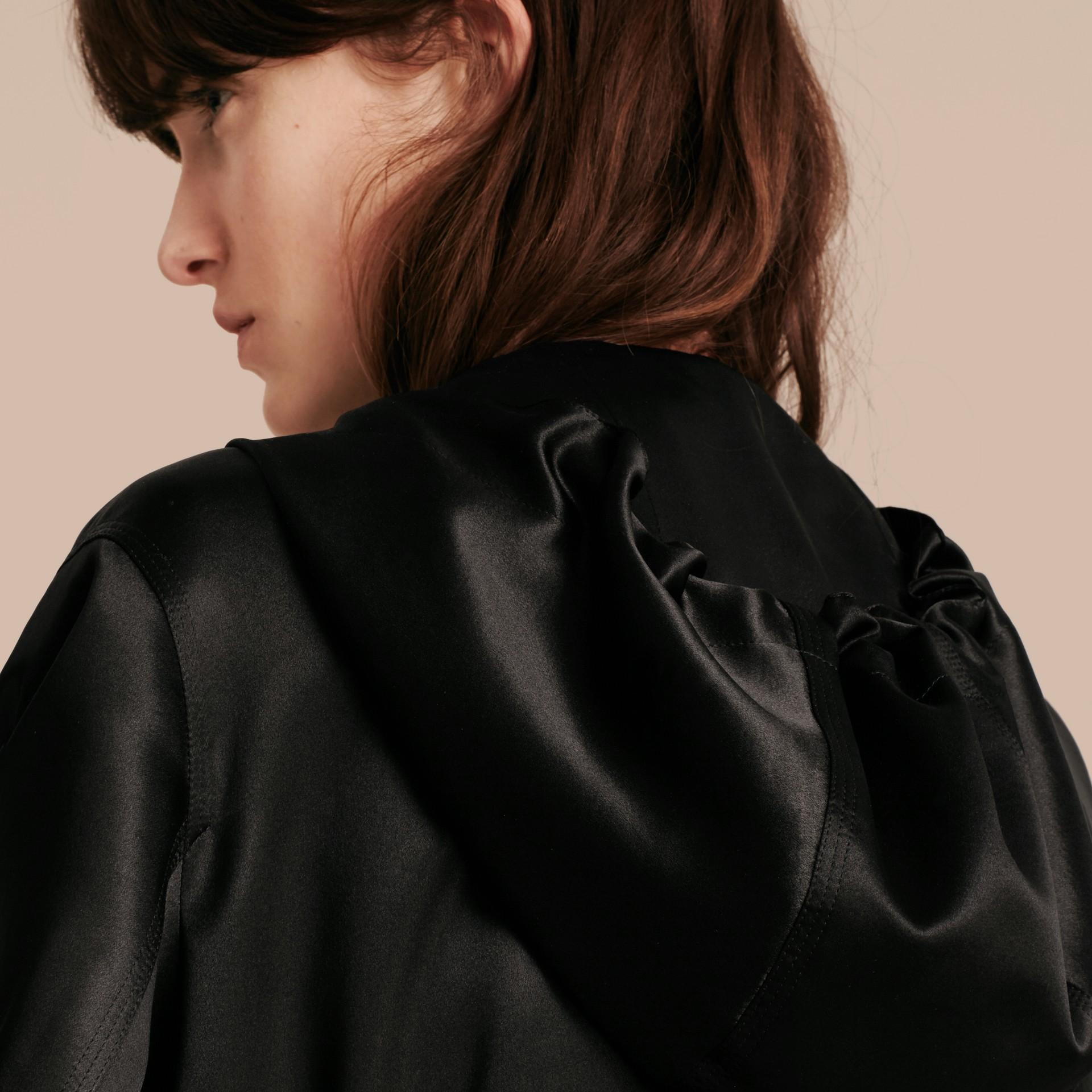Nero Giacca con cappuccio in raso di seta - immagine della galleria 6