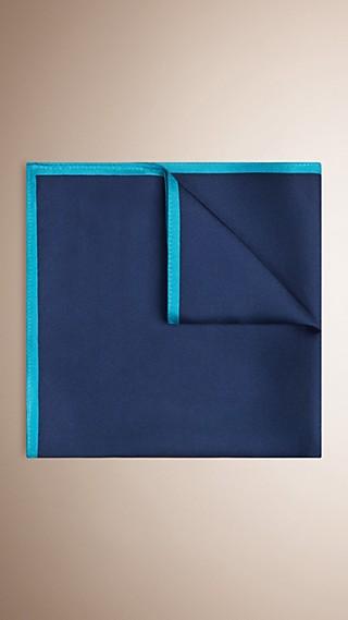 Lenço de bolso de seda com bordas em tom contrastante