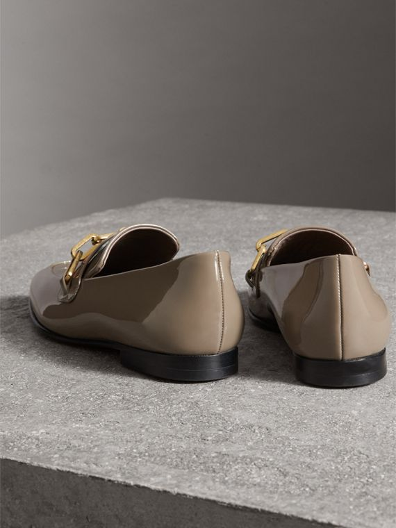 Loafer aus Lackleder mit Kettendetail (Taupe-grau) - Damen | Burberry - cell image 3