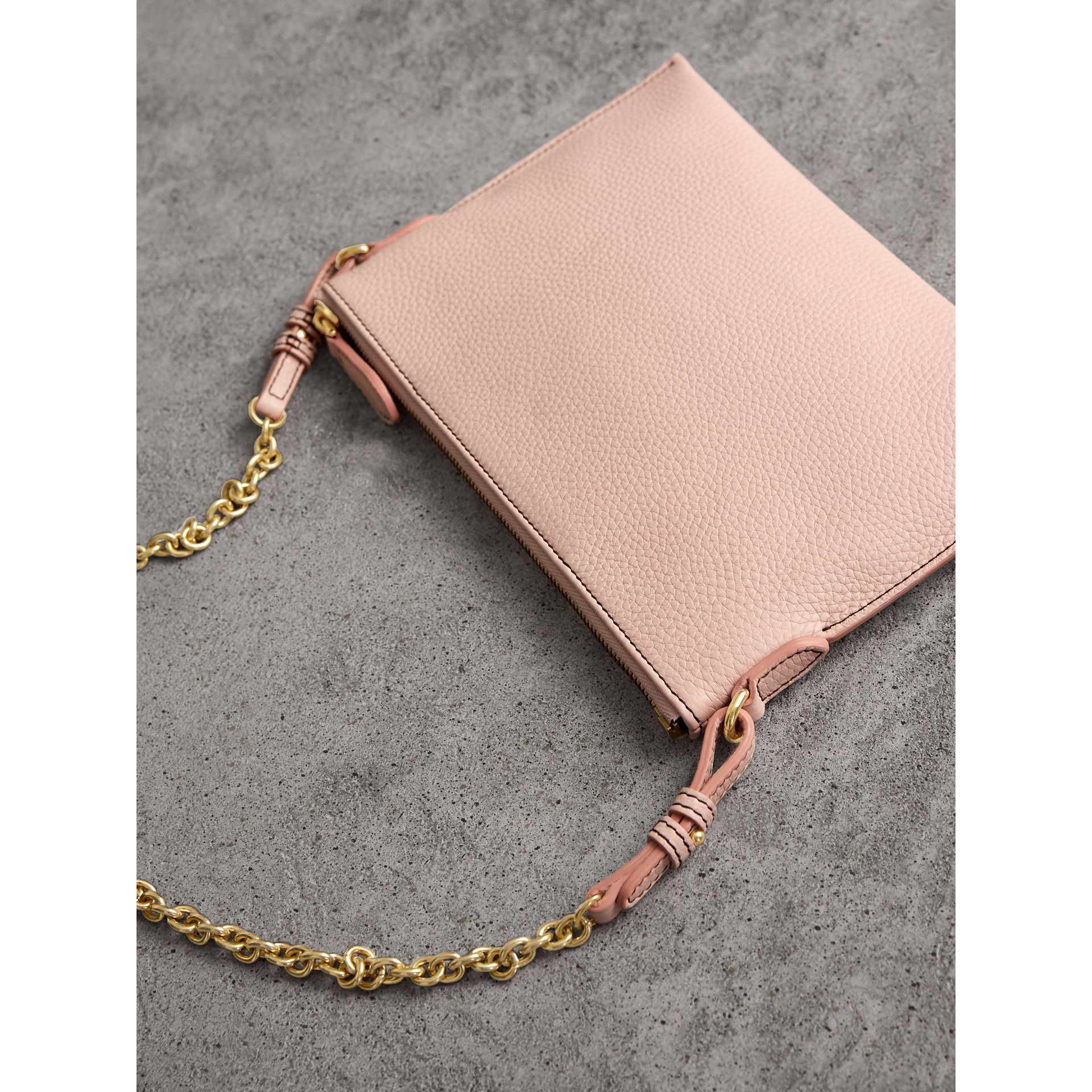 Clutch en cuir estampé (Rose Platiné Pâle) - Femme | Burberry - photo de la galerie 3