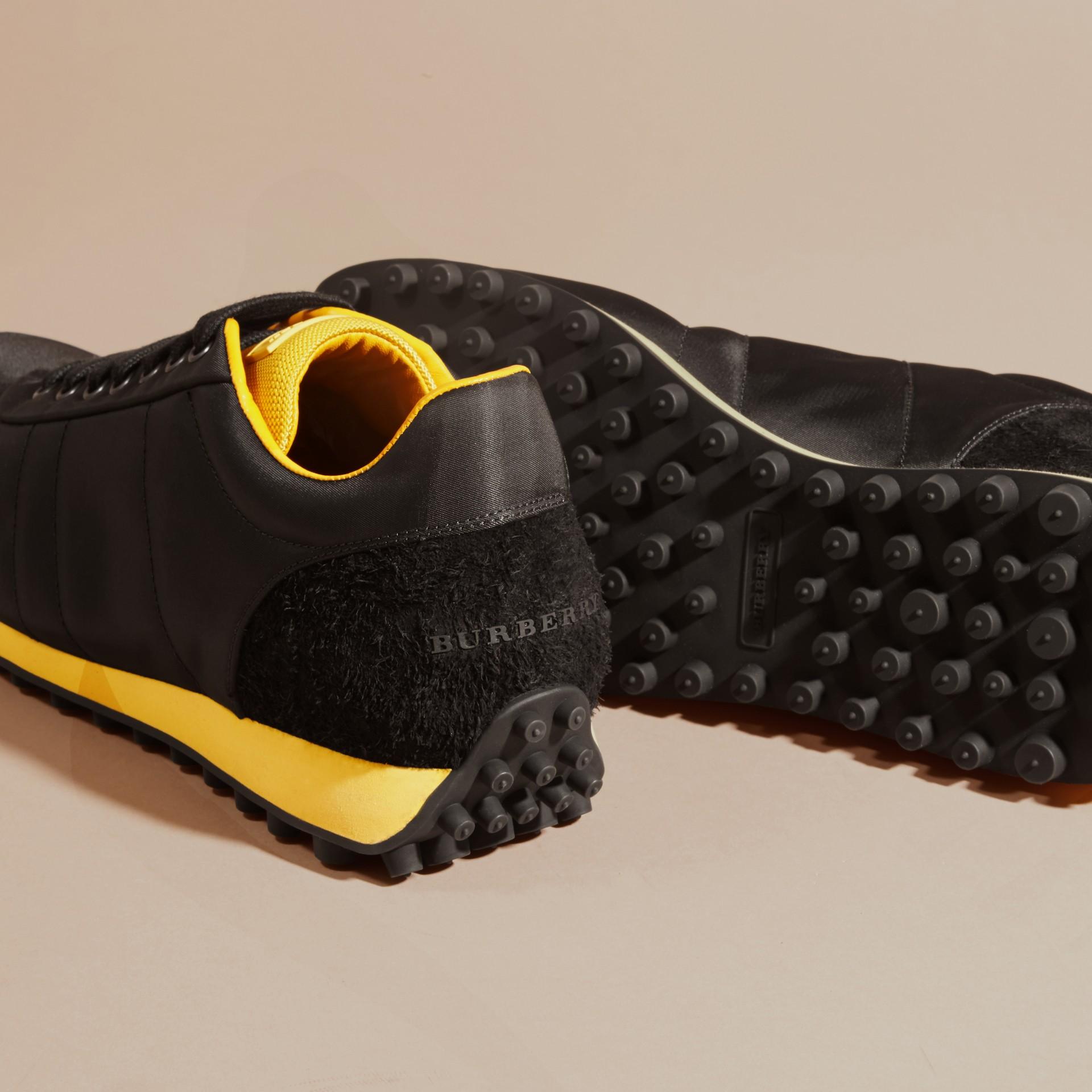 Nero/giallo bruciato Sneaker tecniche con finiture effetto texture Nero/giallo Bruciato - immagine della galleria 5