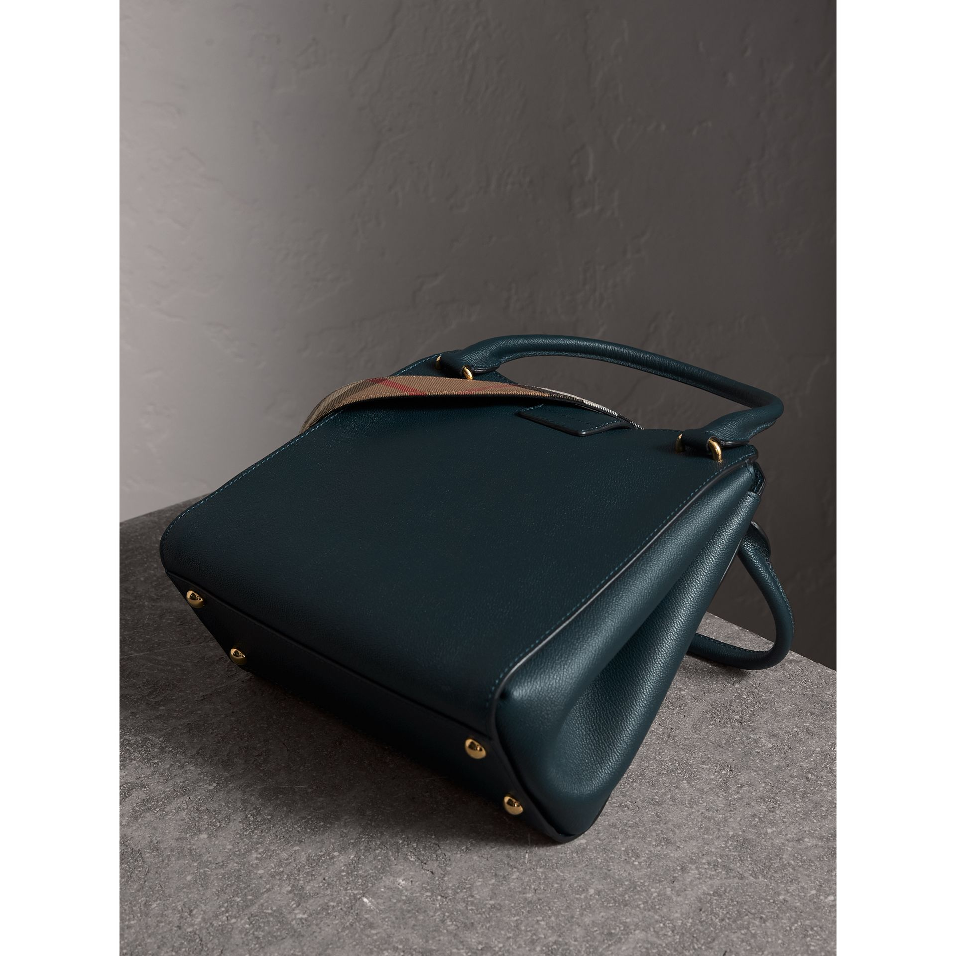 Borsa tote The Buckle media in pelle a grana (Blu Carbonio) - Donna | Burberry - immagine della galleria 5