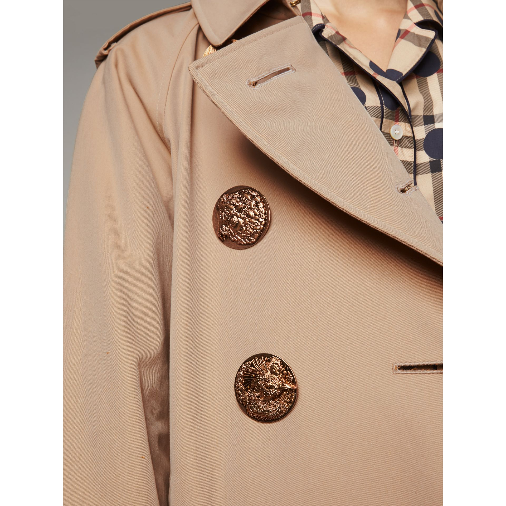 Trench coat in gabardine di cotone con bottoni decorati (Miele) - Donna | Burberry - immagine della galleria 2