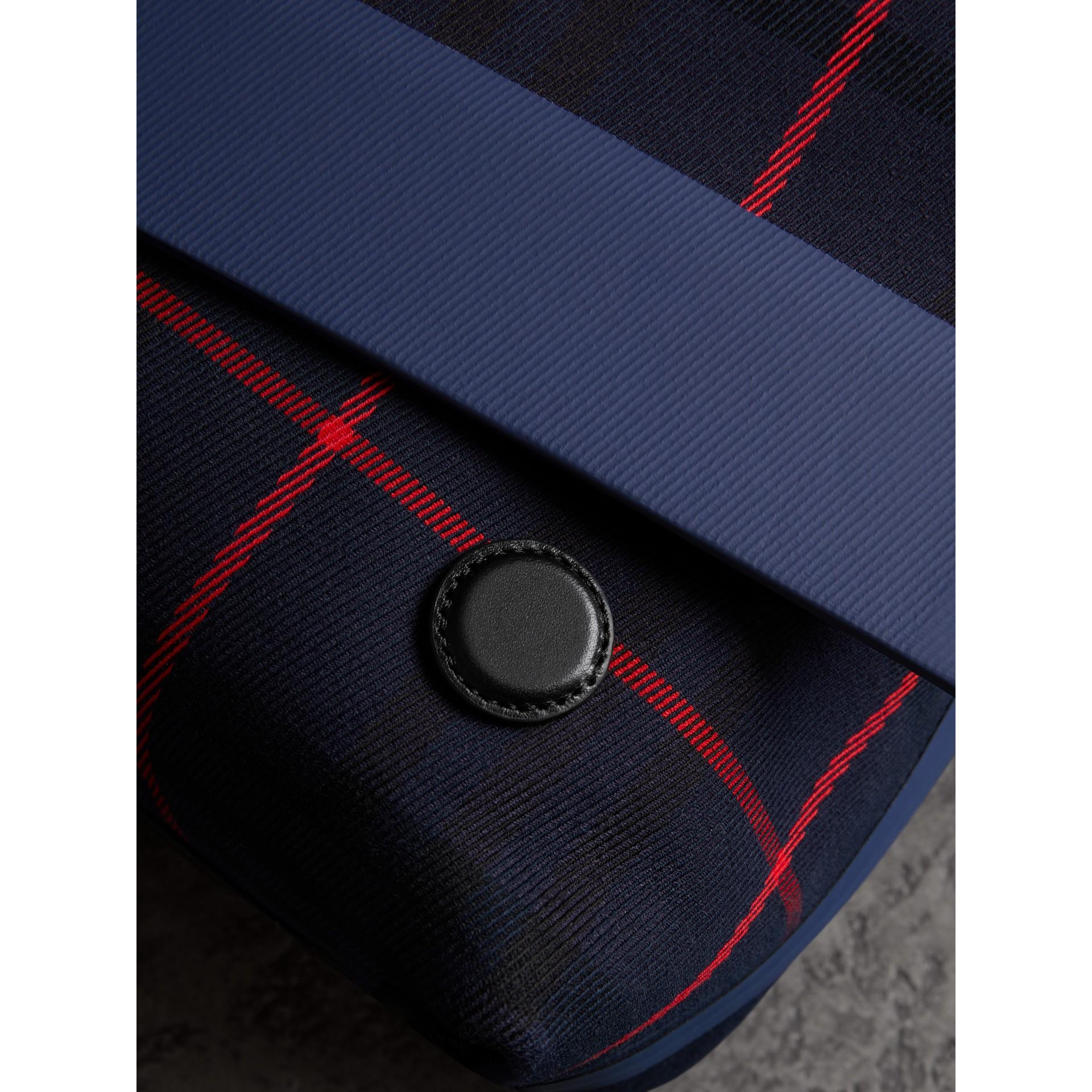 Bolsa carteiro grande de algodão com estampa xadrez tartan (Azul Marinho Escuro) | Burberry - galeria de imagens 1