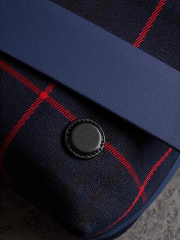 Bolso messenger grande en algodón a cuadros escoceses (Azul Marino Intenso) | Burberry - cell image 1