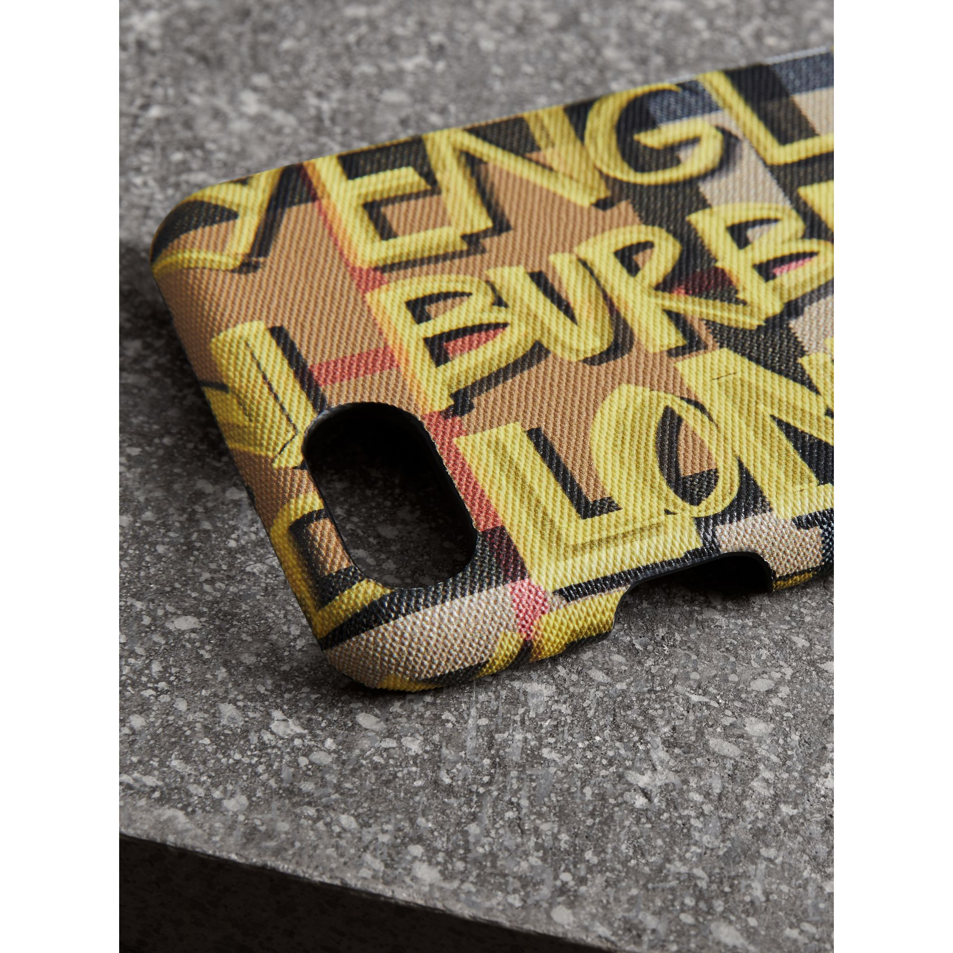 Coque pour iPhone 8 en cuir à motif Vintage check et graffiti (Jaune) | Burberry - photo de la galerie 1