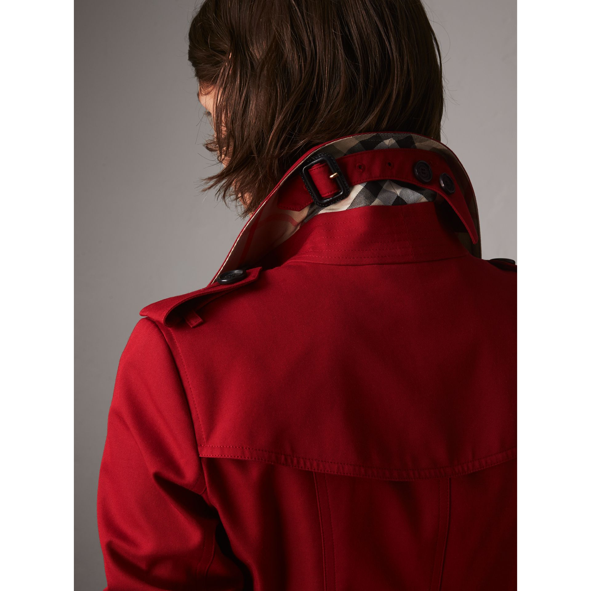 The Chelsea – Mid-length Heritage Trench Coat in Parade Red - Women | Burberry Singapore - gallery image 2