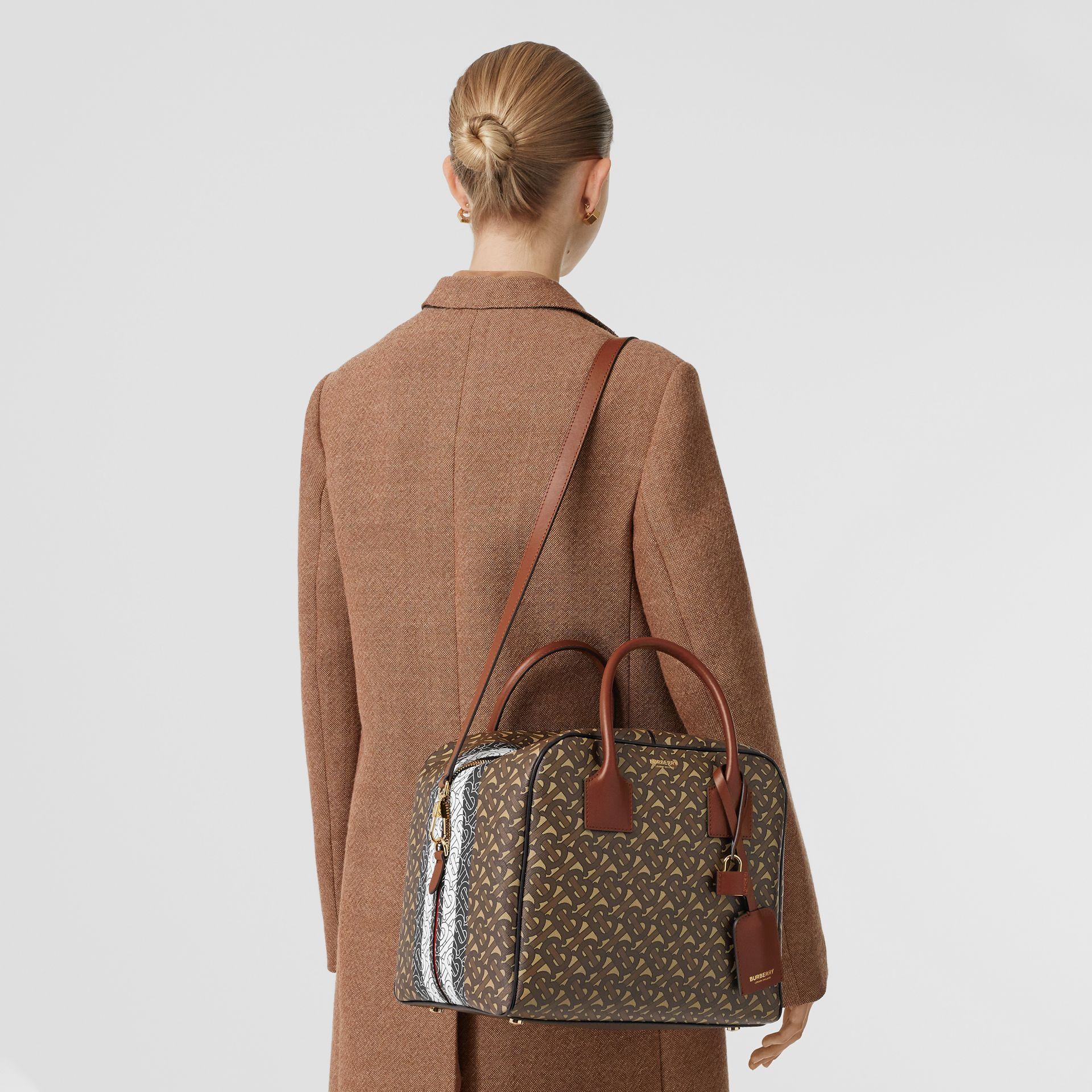 Borsa Cube media in e-canvas con stampa monogramma a righe (Marrone Redini) - Donna | Burberry - immagine della galleria 2