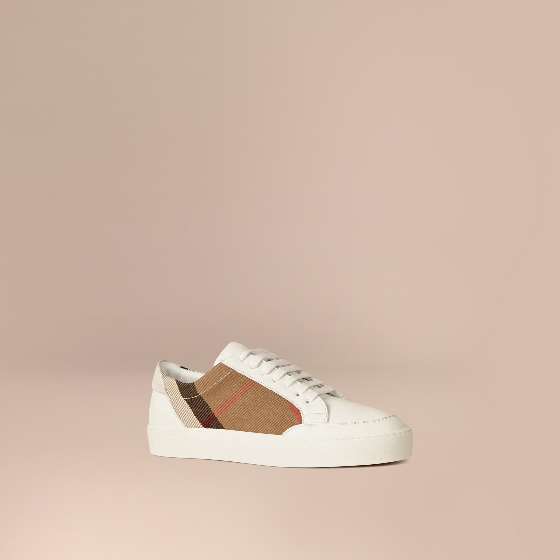House check/bianco ottico Sneaker in pelle con dettagli check - immagine della galleria 1
