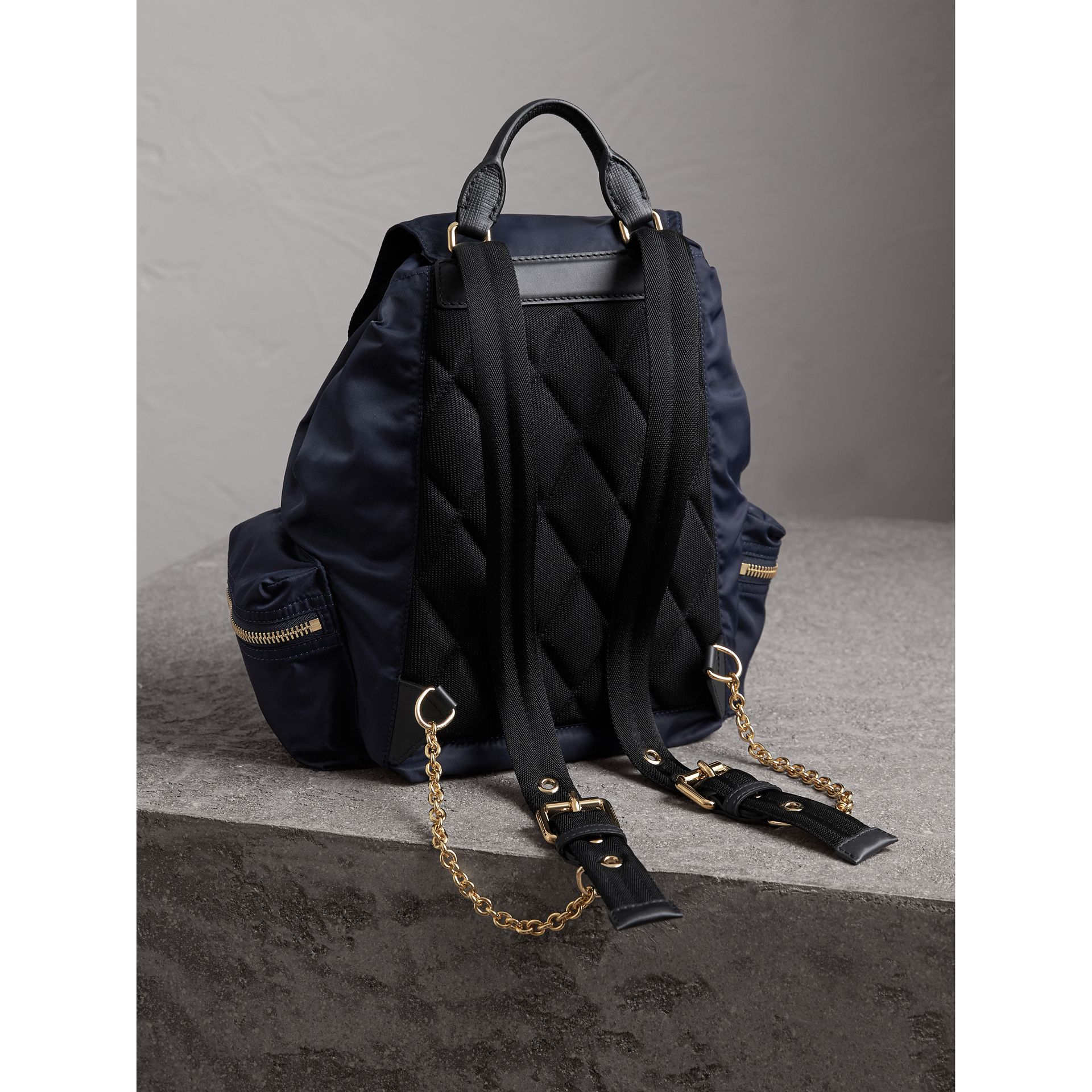 Sac The Rucksack moyen en nylon technique et cuir (Bleu Encre) - Femme | Burberry - photo de la galerie 4