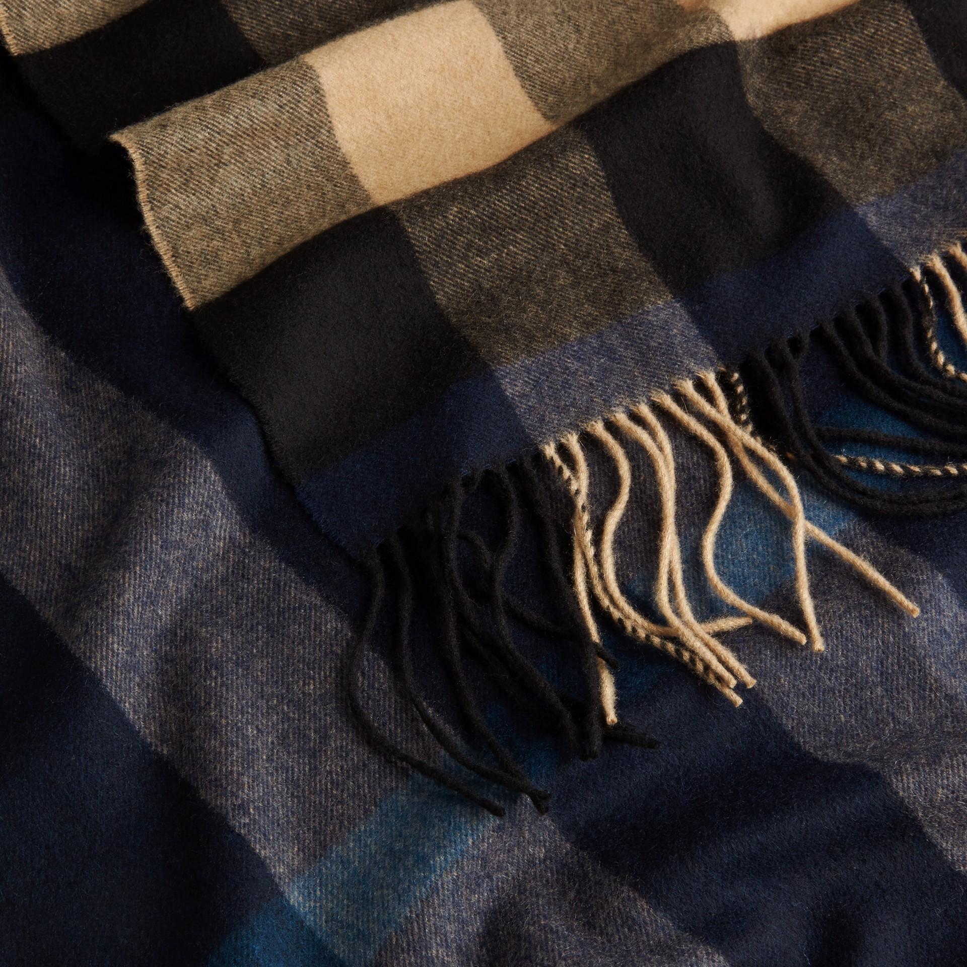 Indaco/cammello Sciarpa in cashmere con motivo check oversize Indaco/cammello - immagine della galleria 2