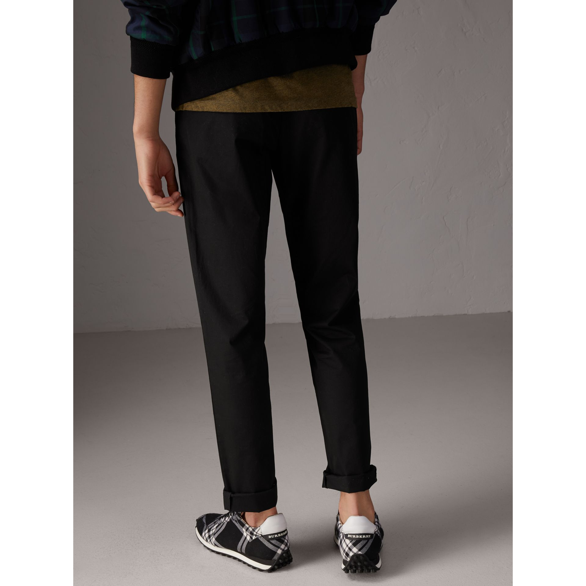 Pantalon chino slim en coton (Noir) - Homme | Burberry - photo de la galerie 2