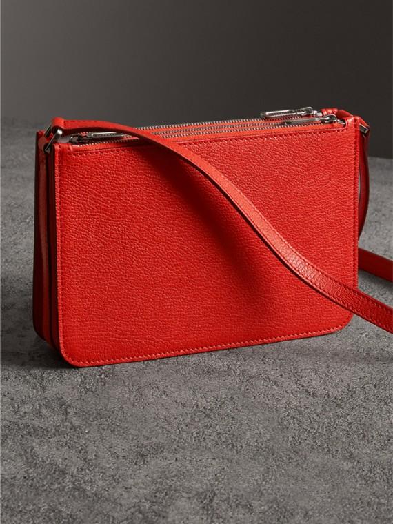 Crossbody-Tasche aus genarbtem Leder mit drei Reißverschlussfächern (Leuchtendes Rot) - Damen | Burberry - cell image 2