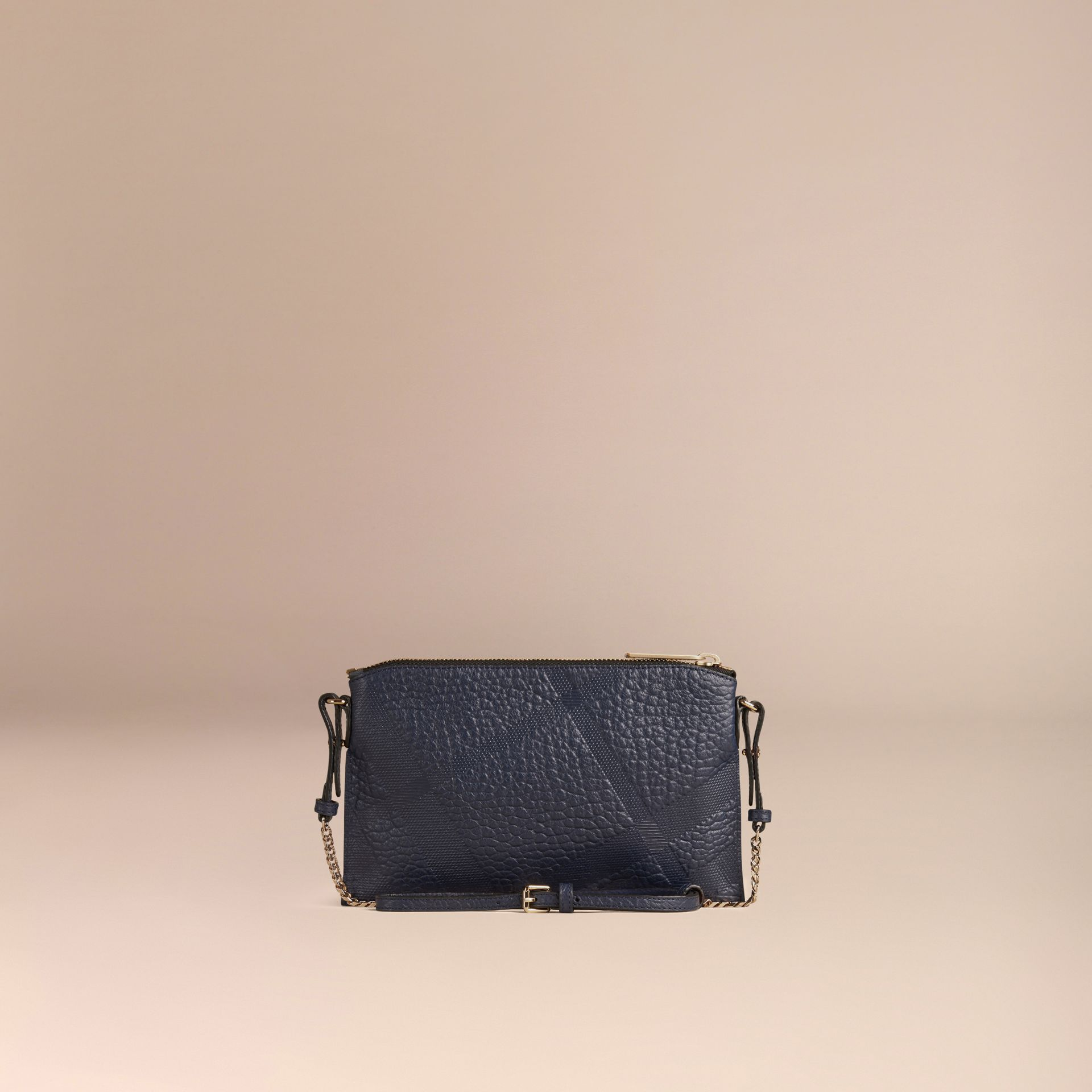 Blu carbonio Pochette in pelle con motivo check in rilievo Blu Carbonio - immagine della galleria 4
