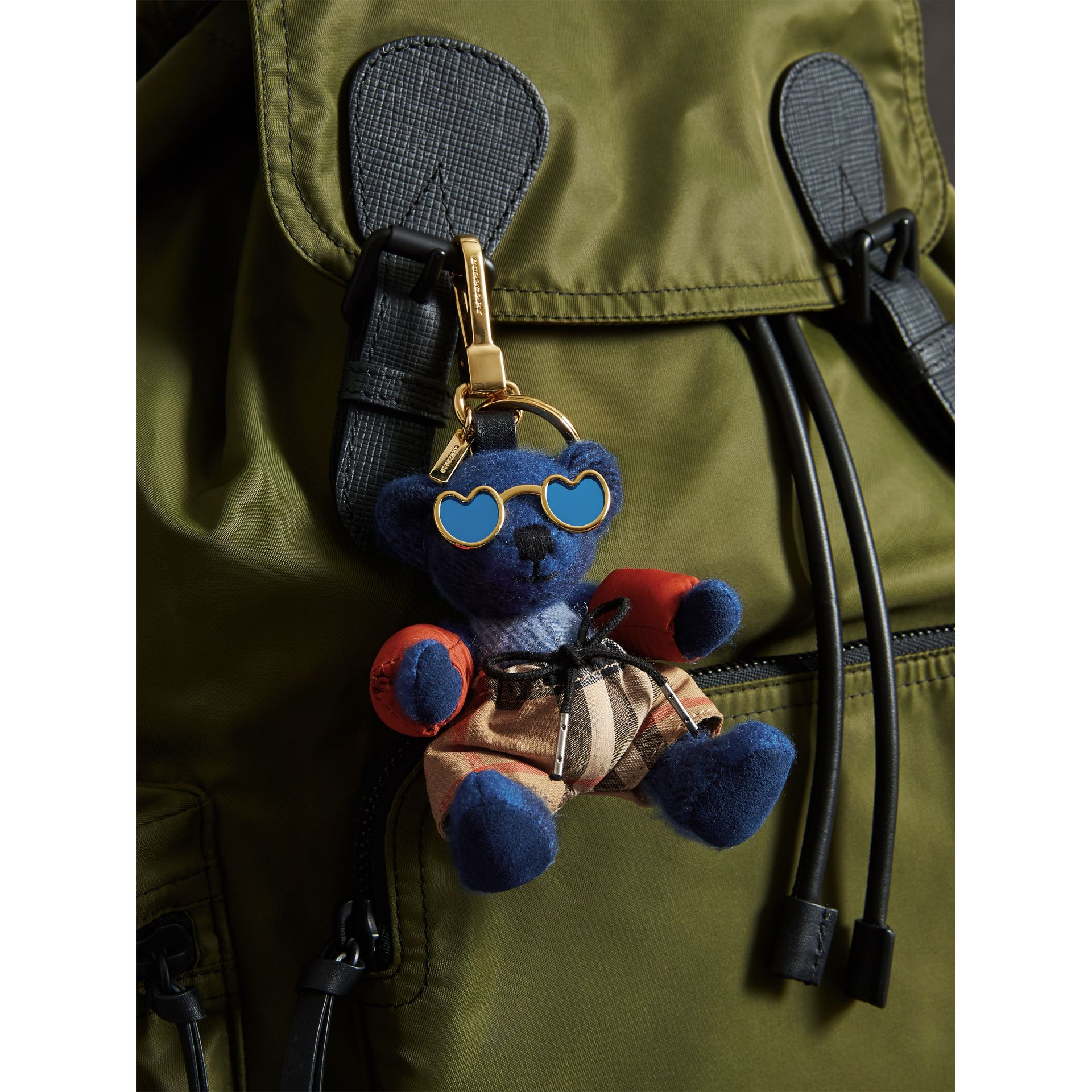 Bijou porte-clés Thomas Bear en tenue de plage (Bleu Officier) | Burberry - photo de la galerie 2