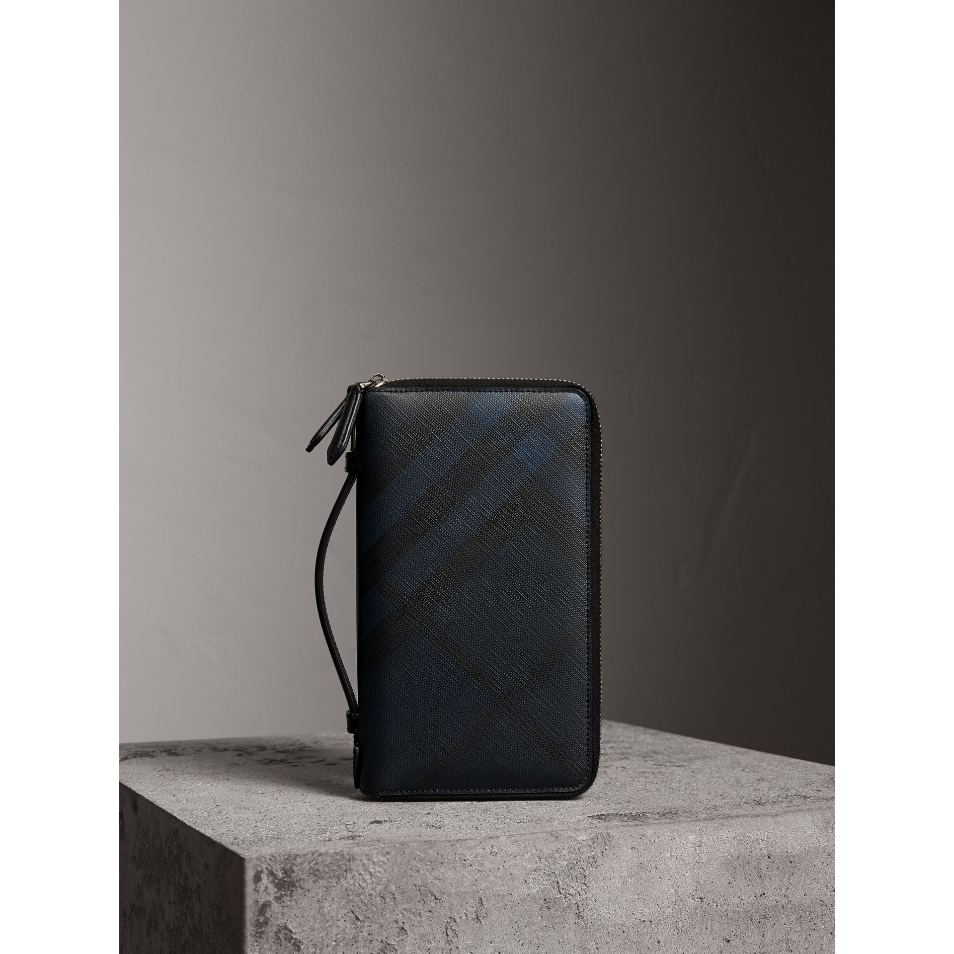 London Check Travel Wallet in Navy/black - Men | Burberry Hong Kong - gallery image 5