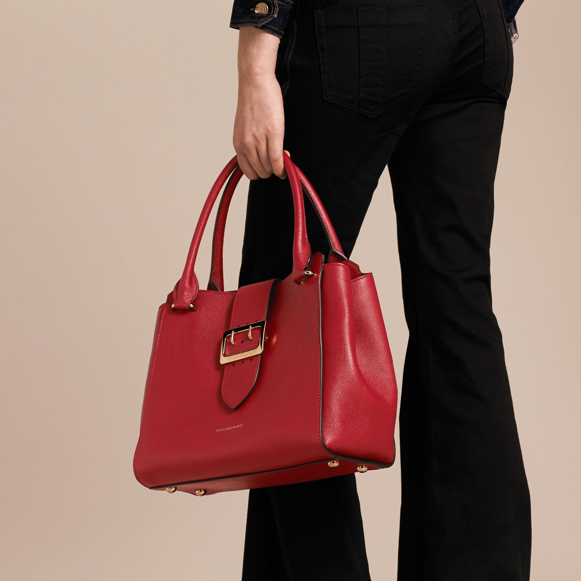 Sac tote The Buckle medium en cuir grainé (Rouge Parade) - photo de la galerie 4